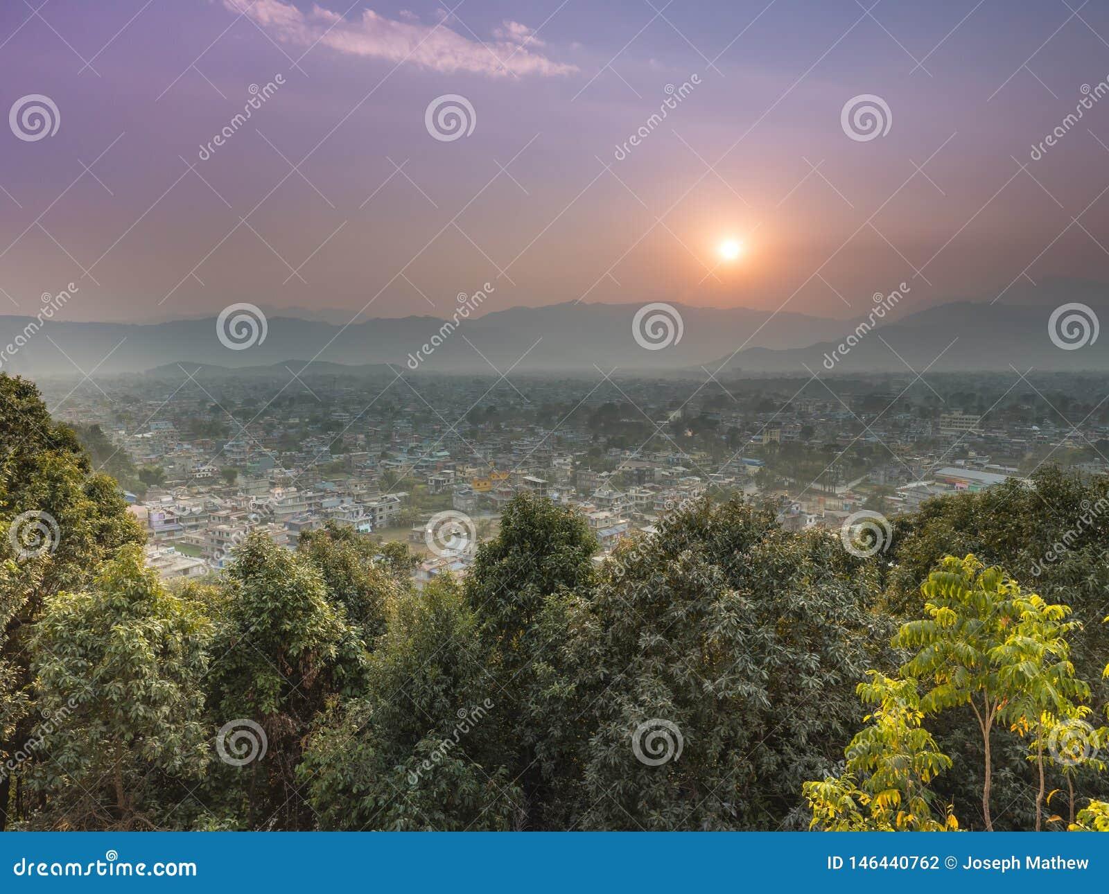 Eine nebelige Tagessonnensatz pokhara Stadt