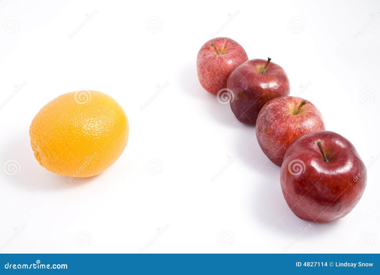 Eine Orange unter Äpfeln