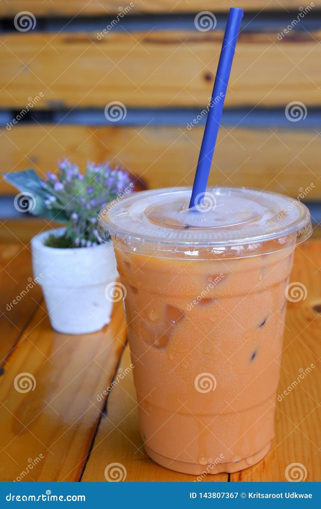 Eine Plastikschale thailändischer Tee mit Eis