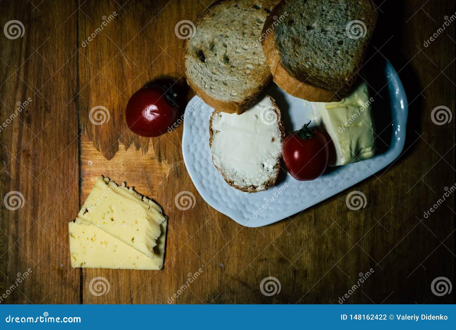 Eine Platte der Nahrung und des Fleisches