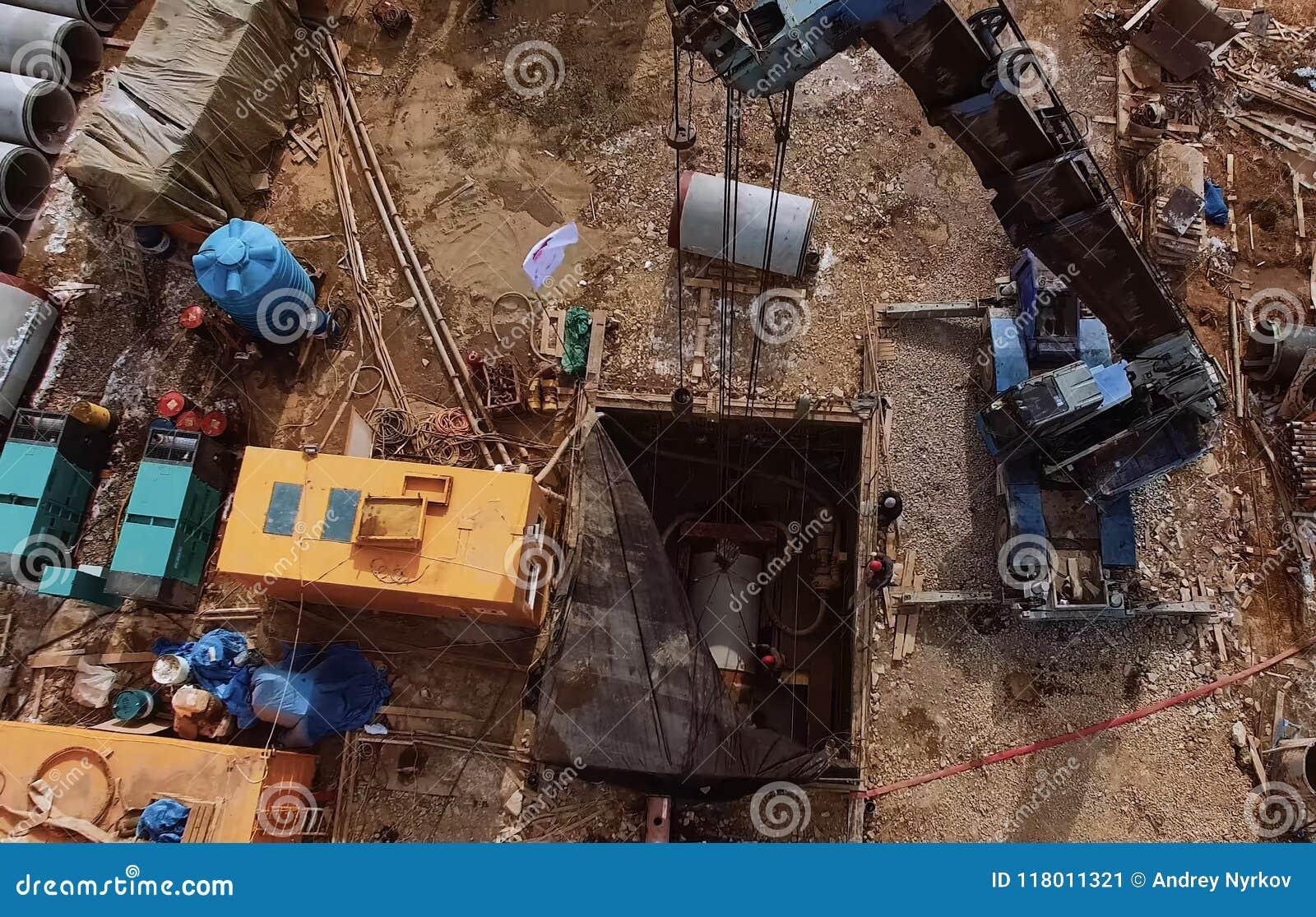 Eine Plattform mit Ausrüstung für Rohrleitungsoperationen Rohrdurchdringen