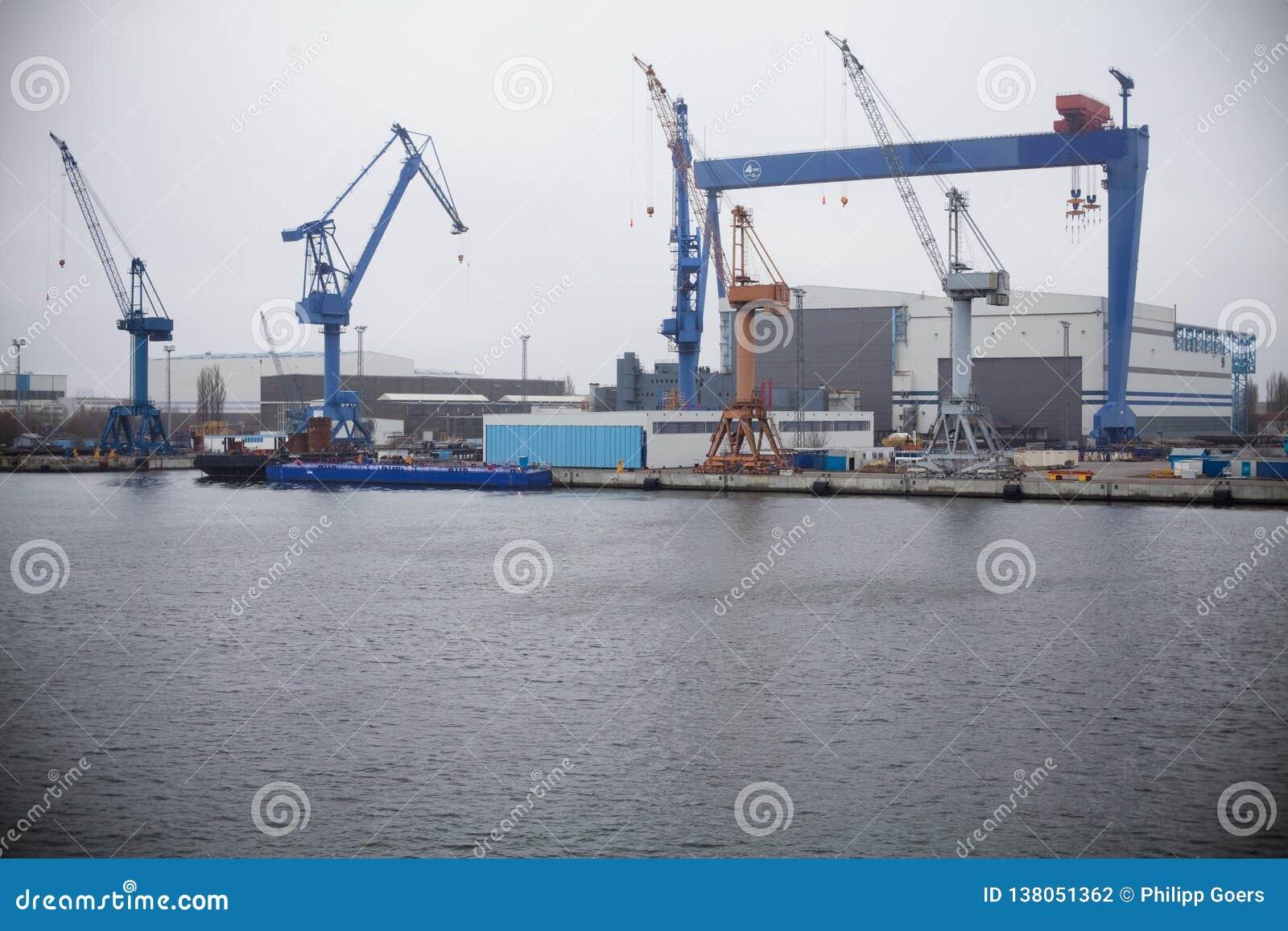 Eine Portansicht mit Kran an einer Werft