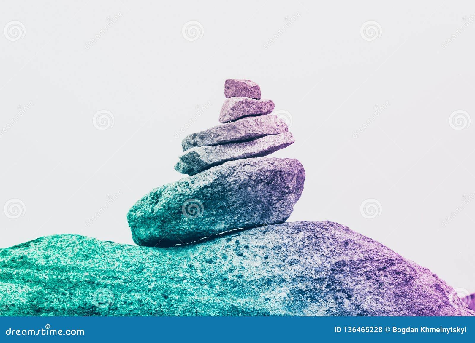 Eine Pyramide von surrealen Steinen, das Konzept der Ruhe, Kreativität und Einzigartigkeit