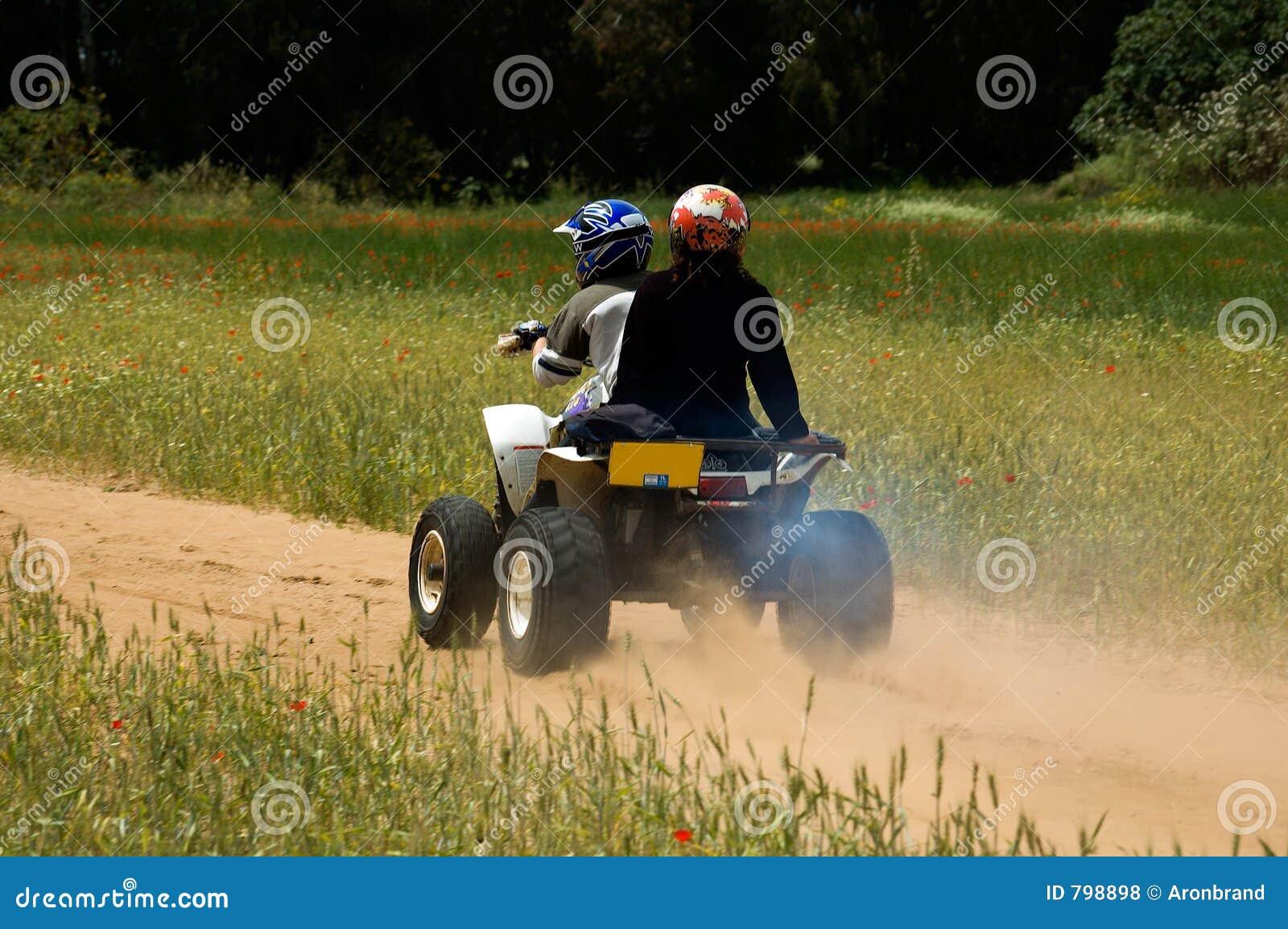Eine quadbike Fahrt in der Natur