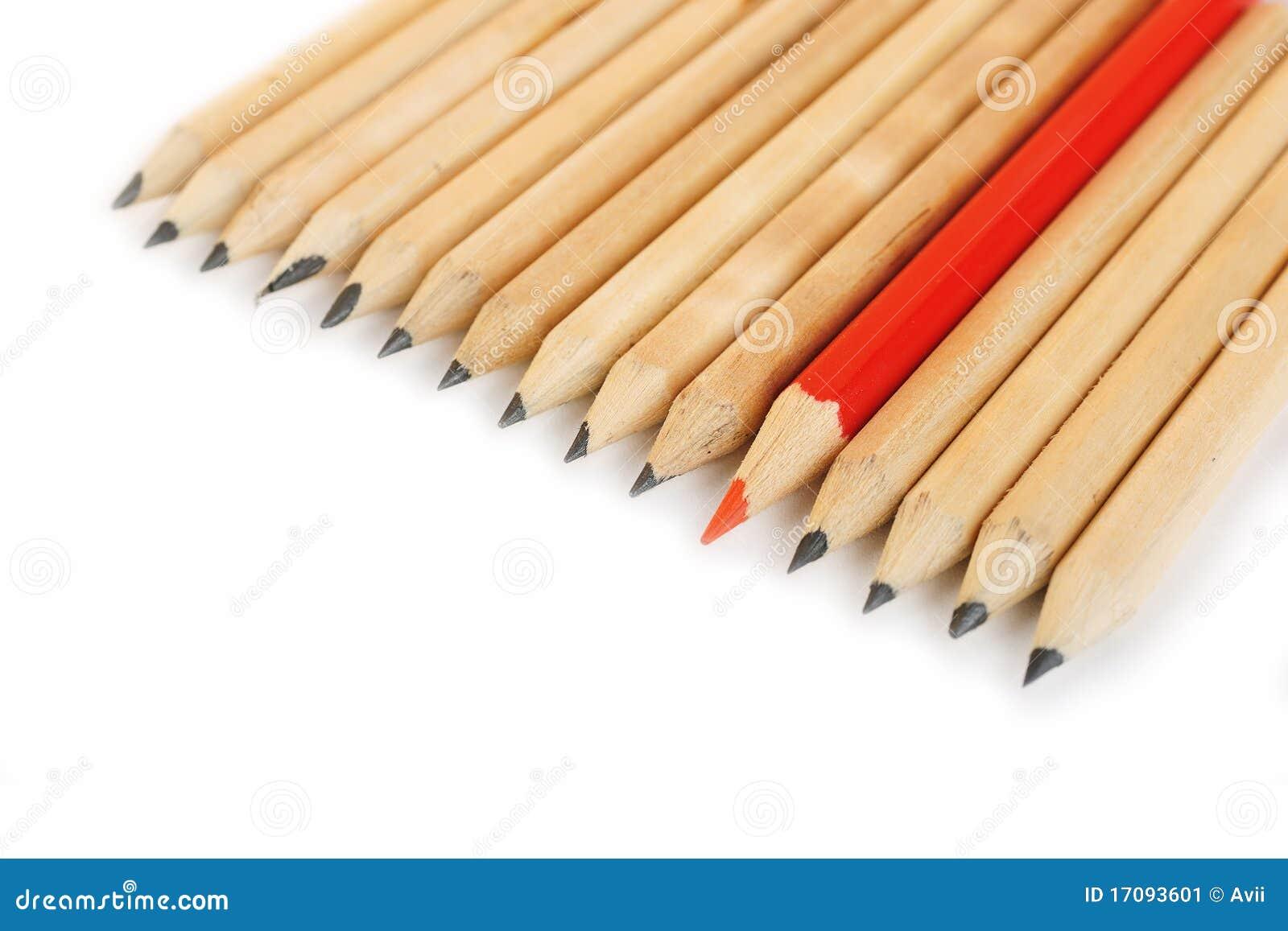 Eine Reihe des rauen Graphits zeichnet mit Farbenrot eins an