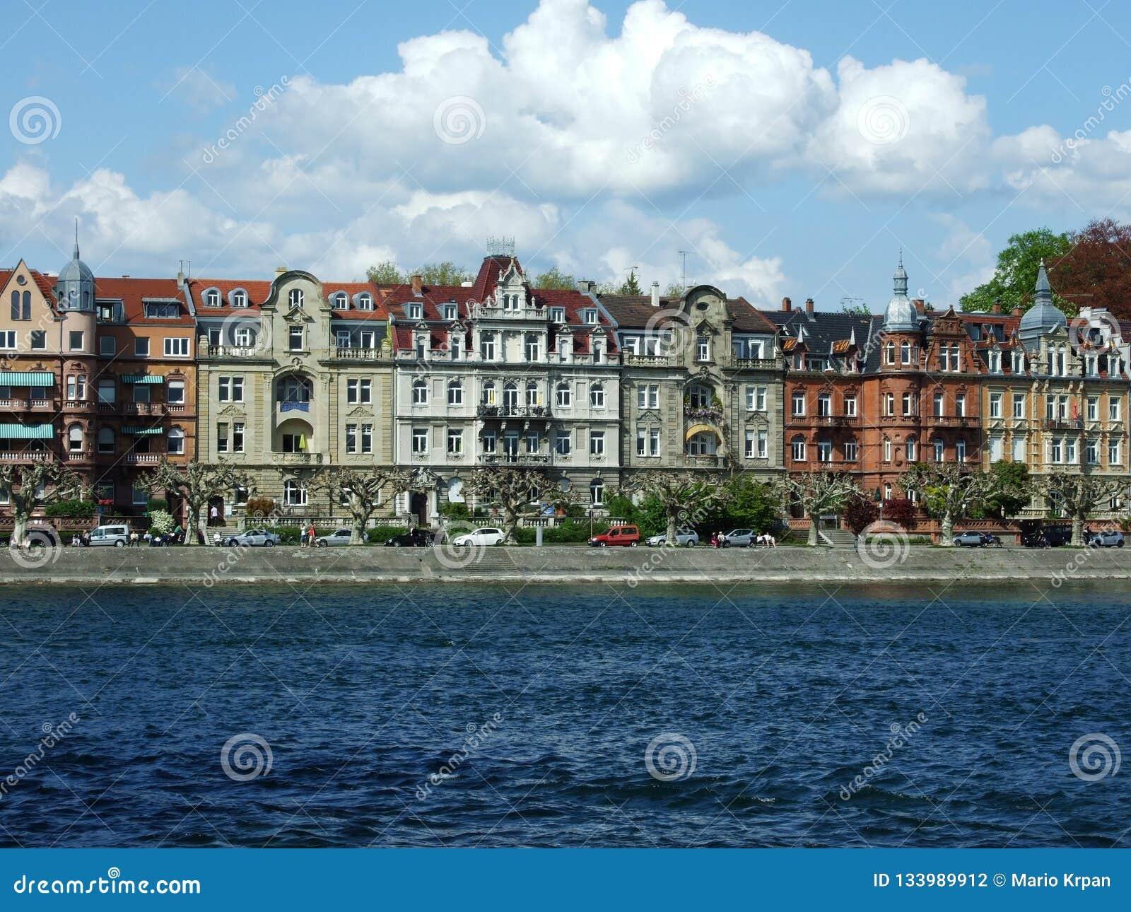 Eine Reihe Paläste nahe See Bodensee in der Stadt von Konstanz