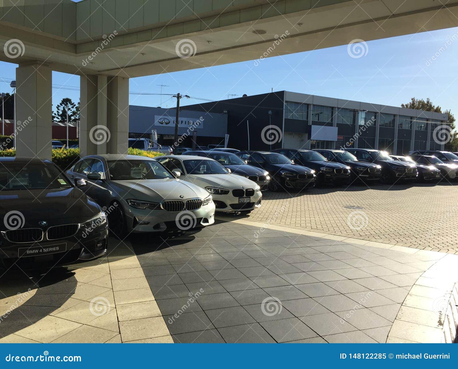 Eine Reihe von BMW-Autos an einem Auto delearship