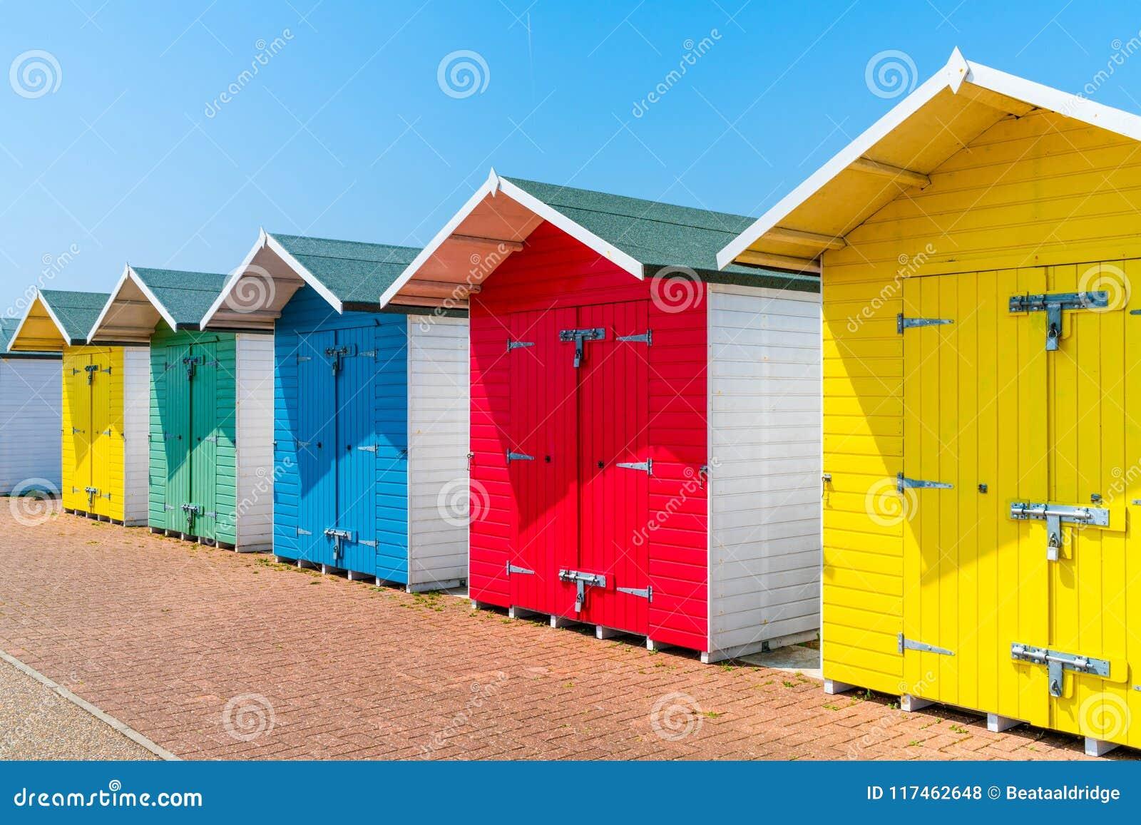 Eine Reihe von bunten hölzernen Strandhütten auf dem Strand in Eastbourne