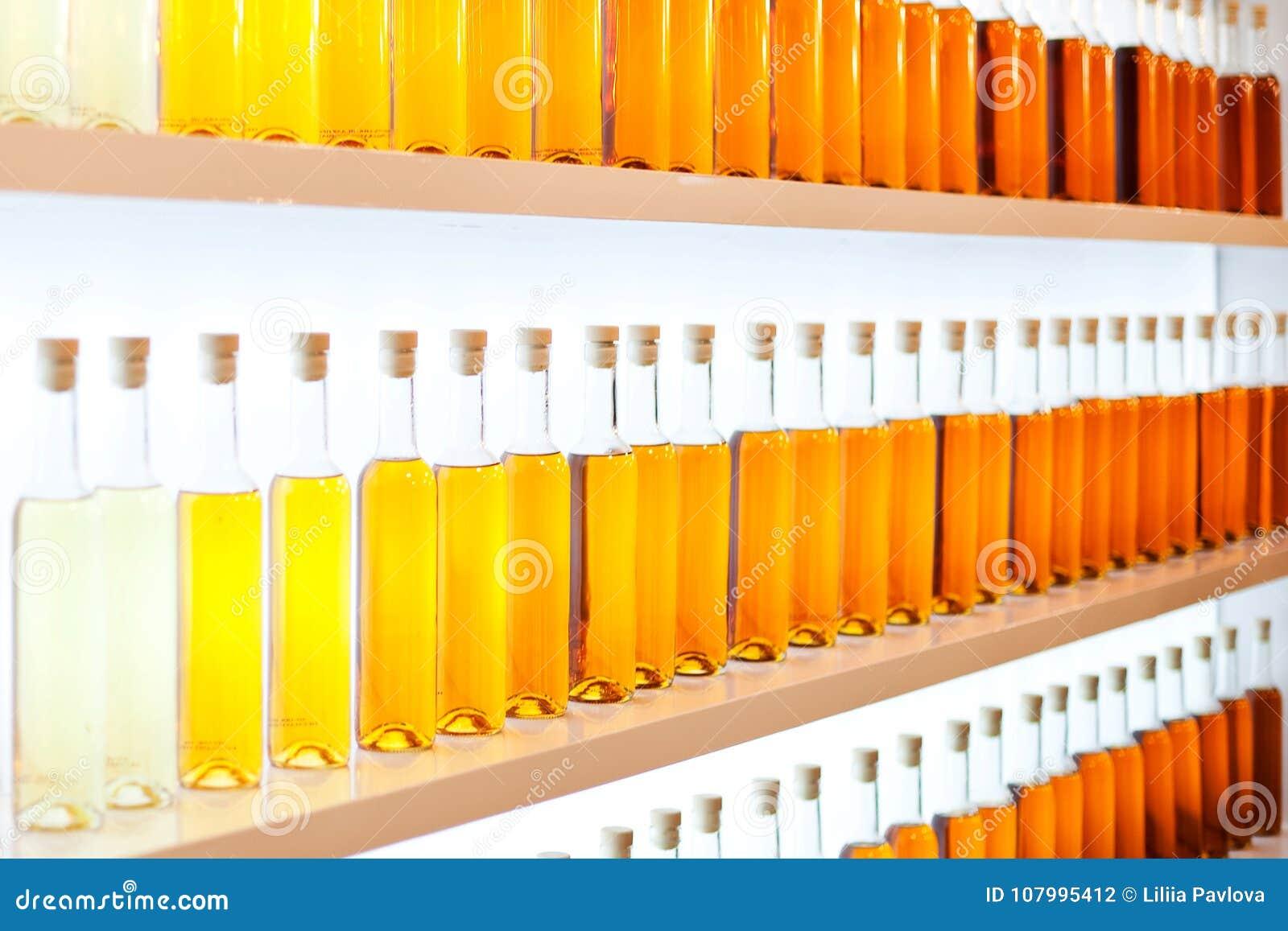 Eine Reihe von farbigen Flaschen mit Kognak