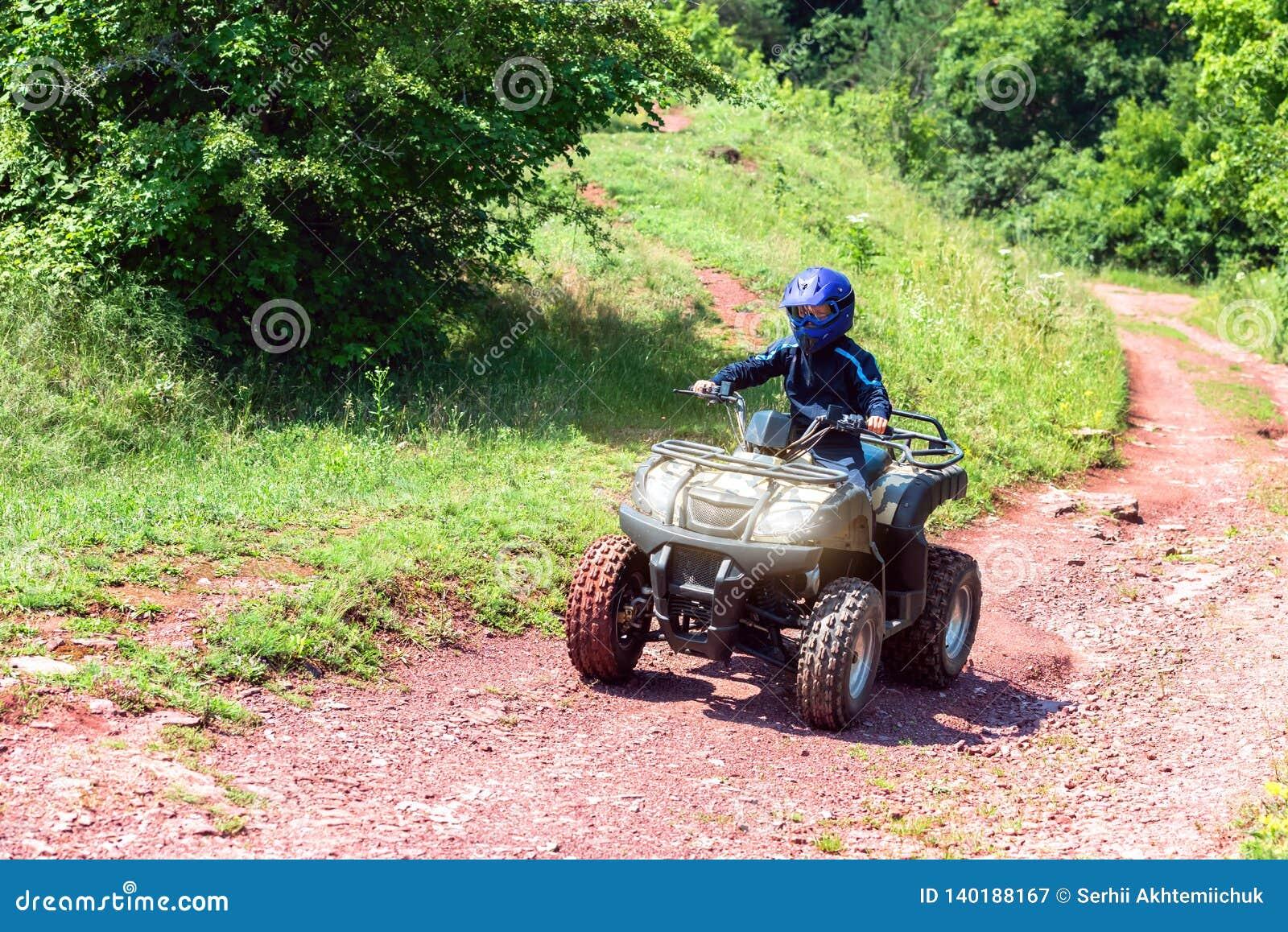 Eine Reise auf dem ATV auf der roten Straße