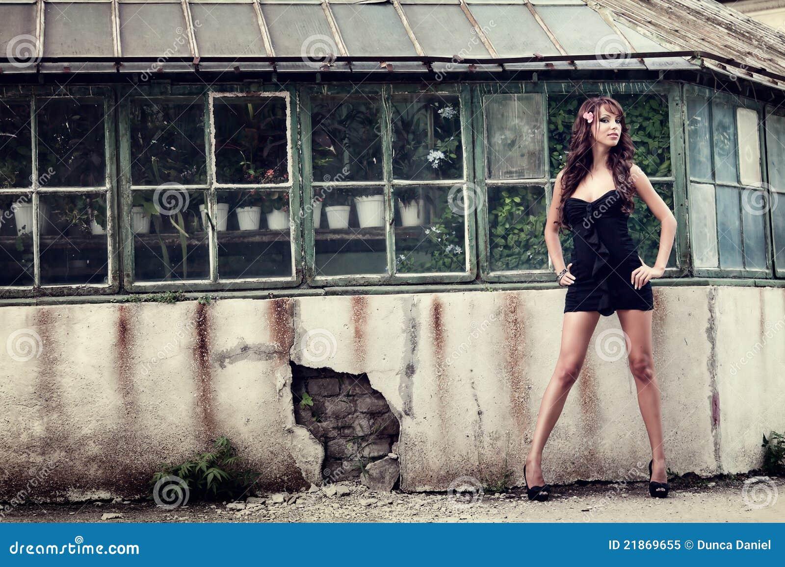 Eine reizvolle Aufstellung der eleganten Frau im Freien