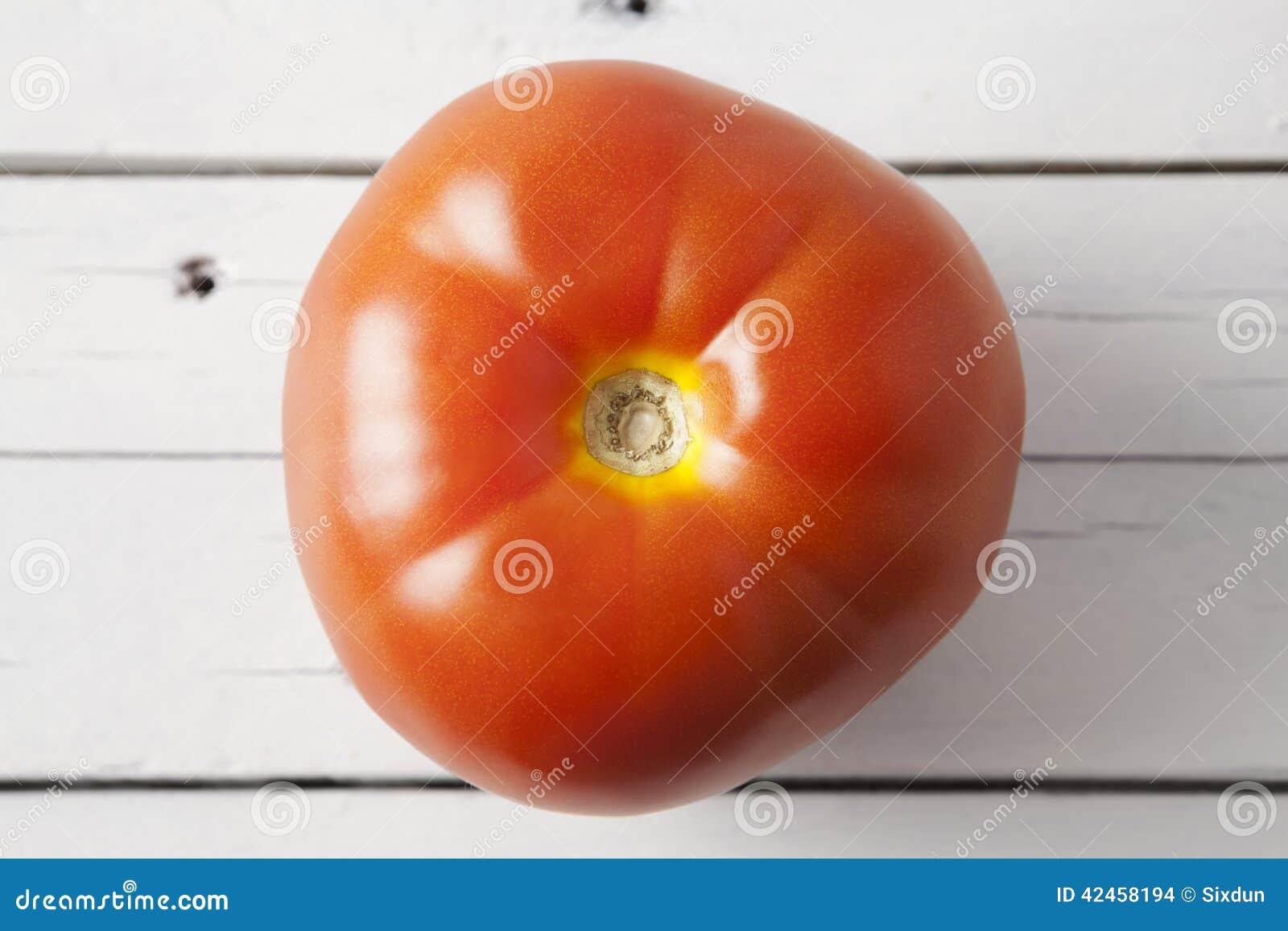 Eine rote Tomate