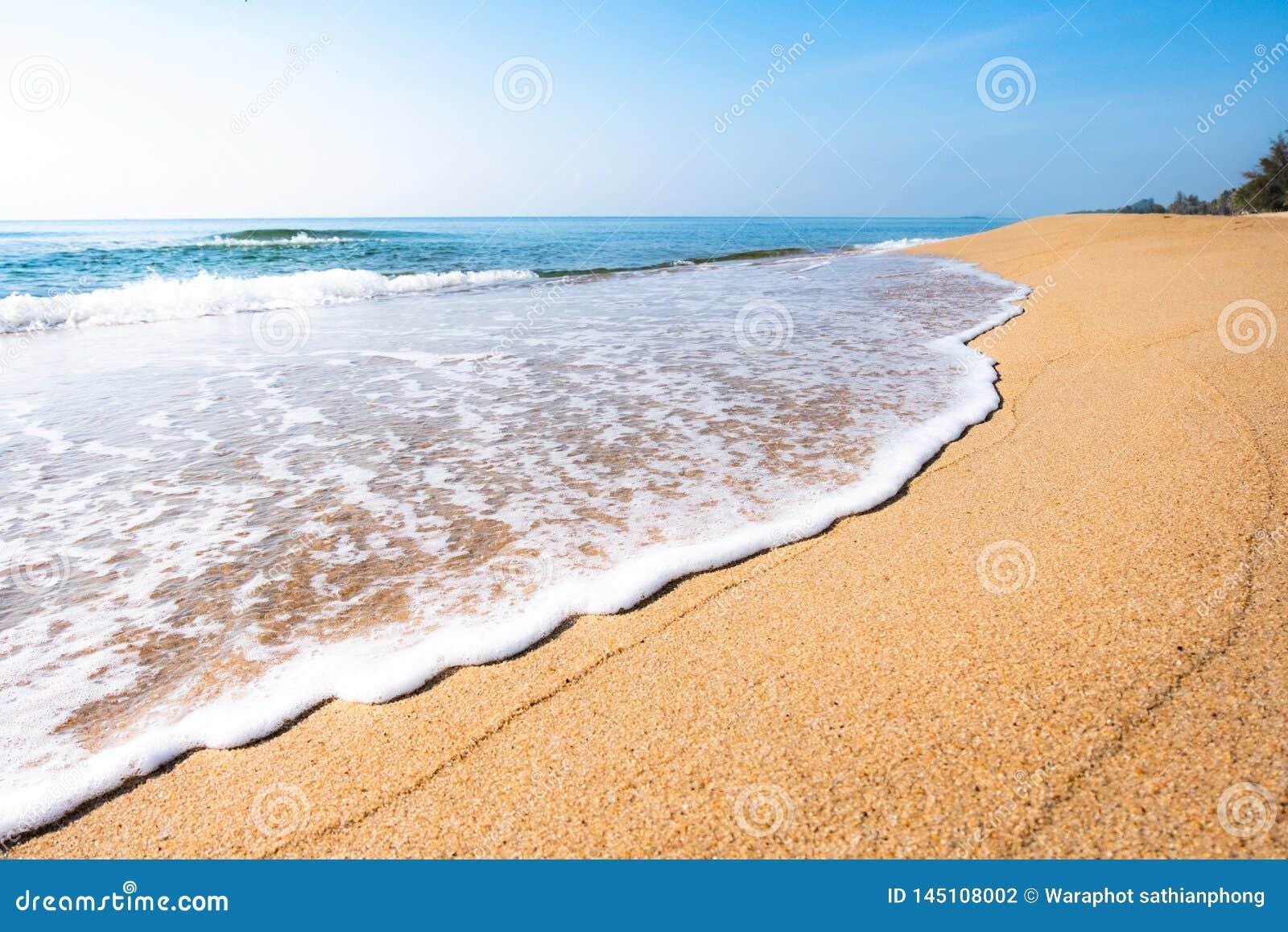 Eine ruhige Strandszene in Thailand, in den exotischen tropischen Strandlandschaften und im blauen Meer unter einem blauen Hinter