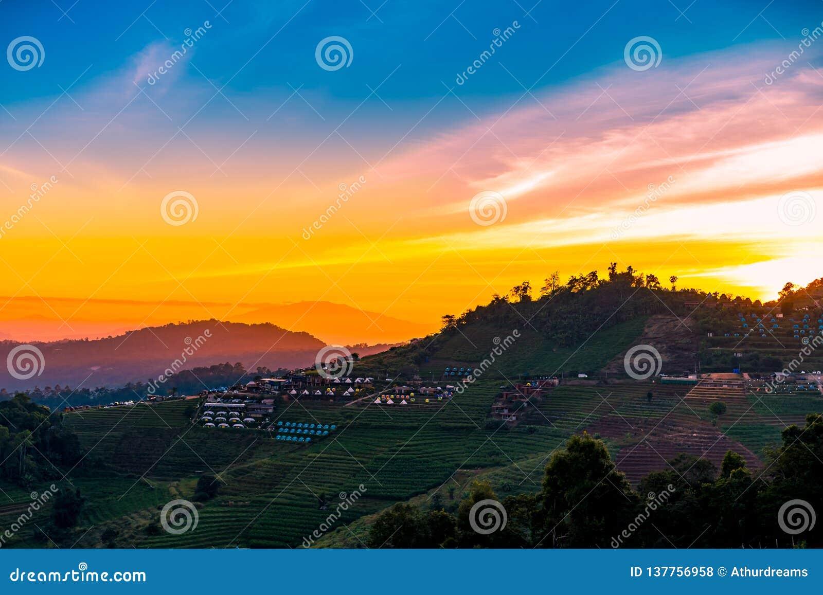 Eine ruhige szenische Landschaft des schönen Sonnenuntergangs mit dem Erholungsort, der an Montag-Stau, Chiang Mai, Thailand kamp