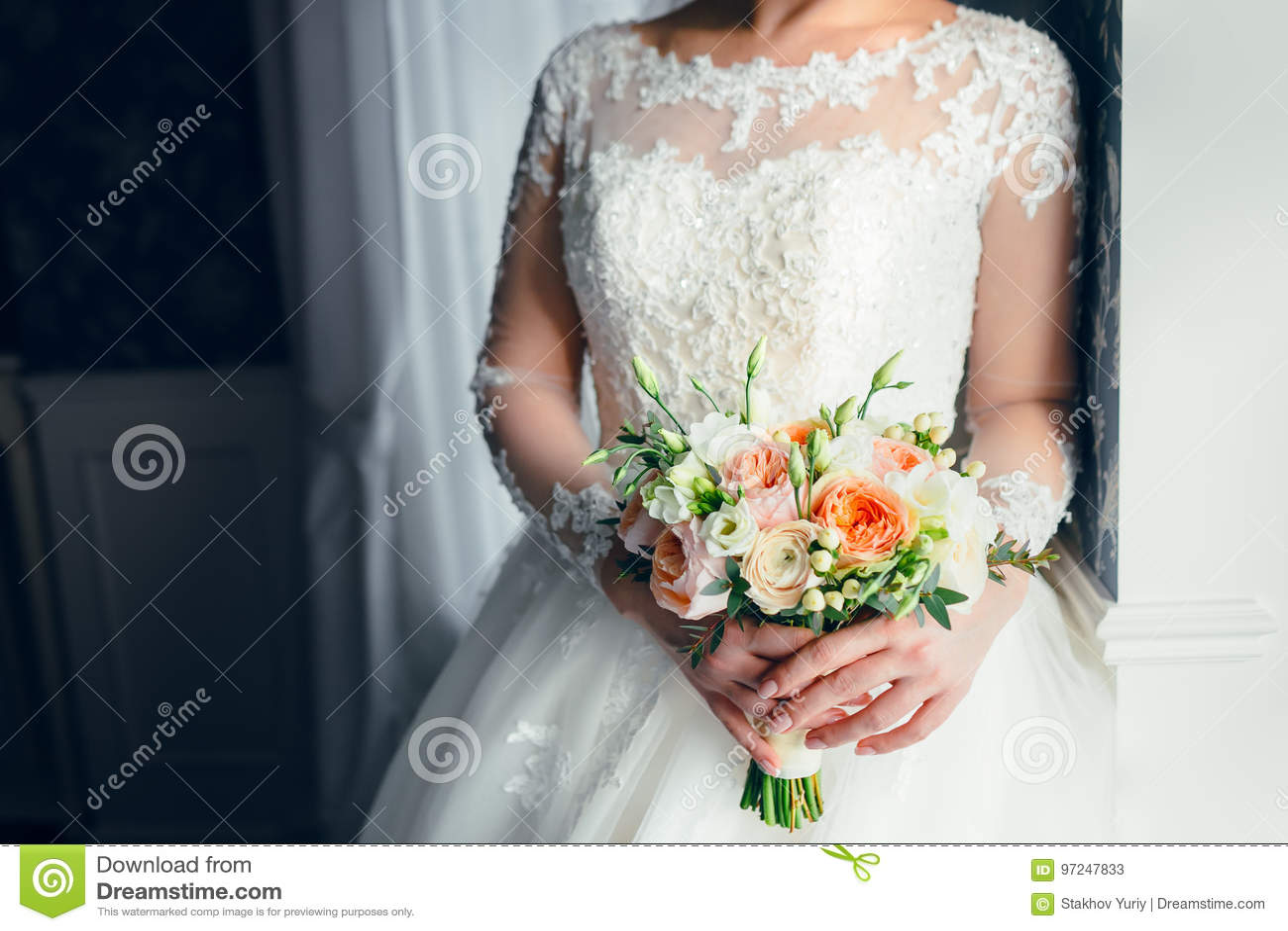 Eine Schone Braut Steht Nahe Dem Fenster Und Halt Einen