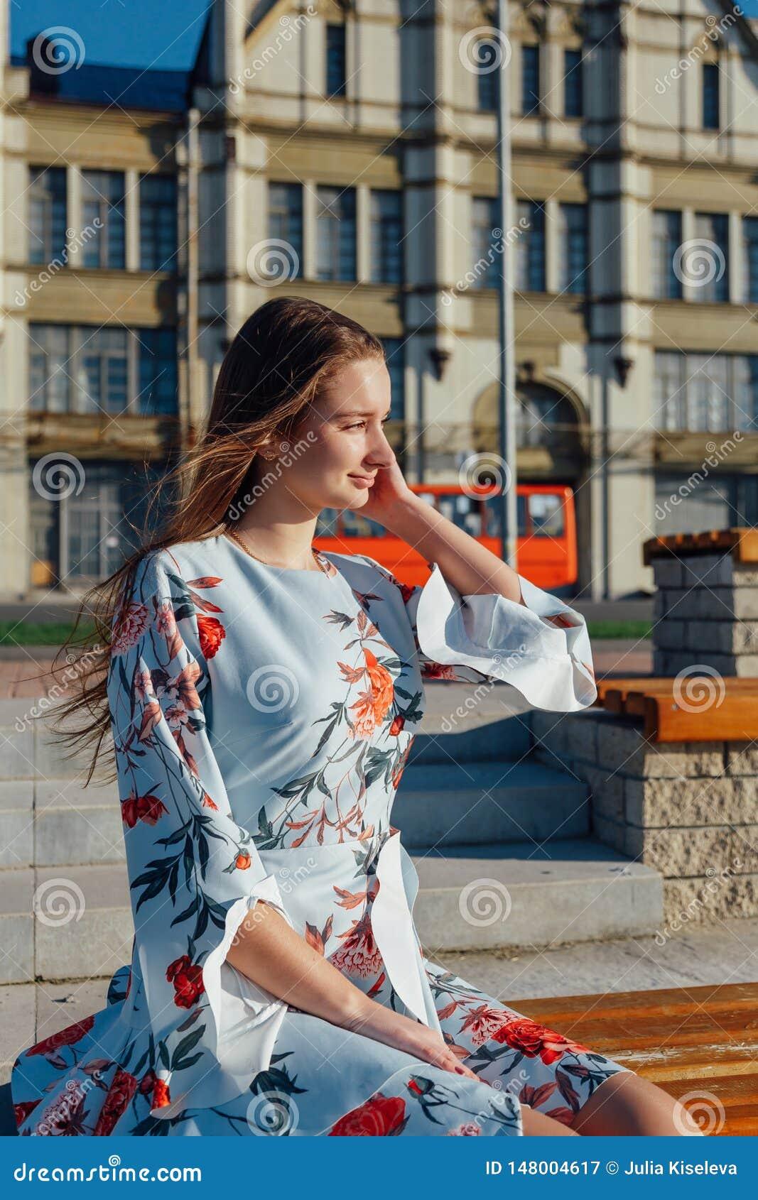 Eine sch?ne junge Frau in einem empfindlichen blauen Kleid