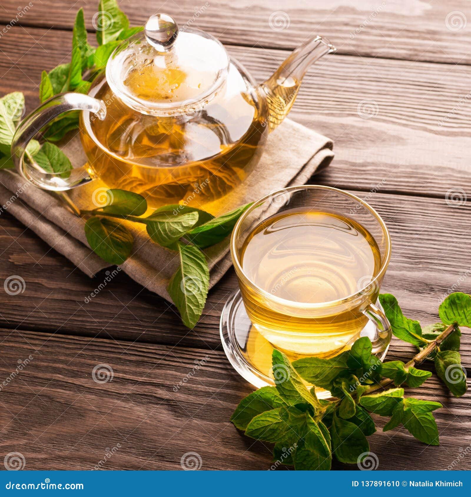 Eine Schale frischer heißer Tee mit Minze auf einem dunklen hölzernen Hintergrund Das Konzept des gesunden Essens Kopieren Sie Pl