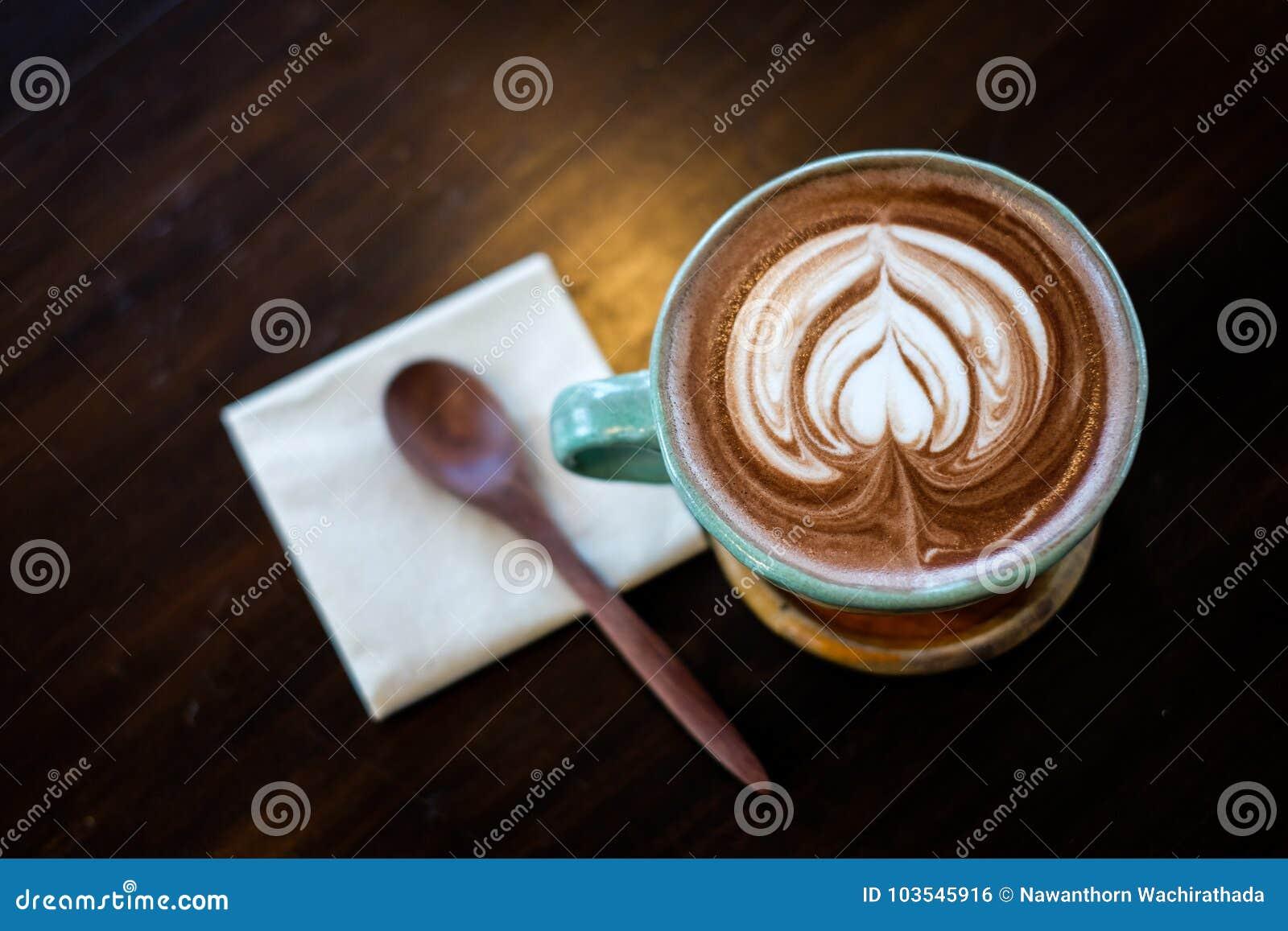 Eine Schale heißer Kakao Kaffee oder Latte verziert mit herziger Milch