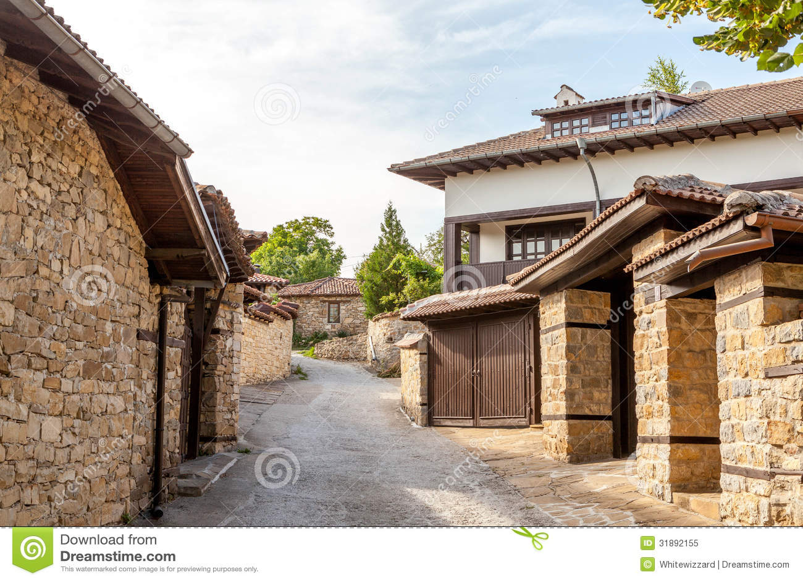 eine steinwand und ein altes haus von arbanasi bulgarien lizenzfreies stockfoto bild 31892155. Black Bedroom Furniture Sets. Home Design Ideas