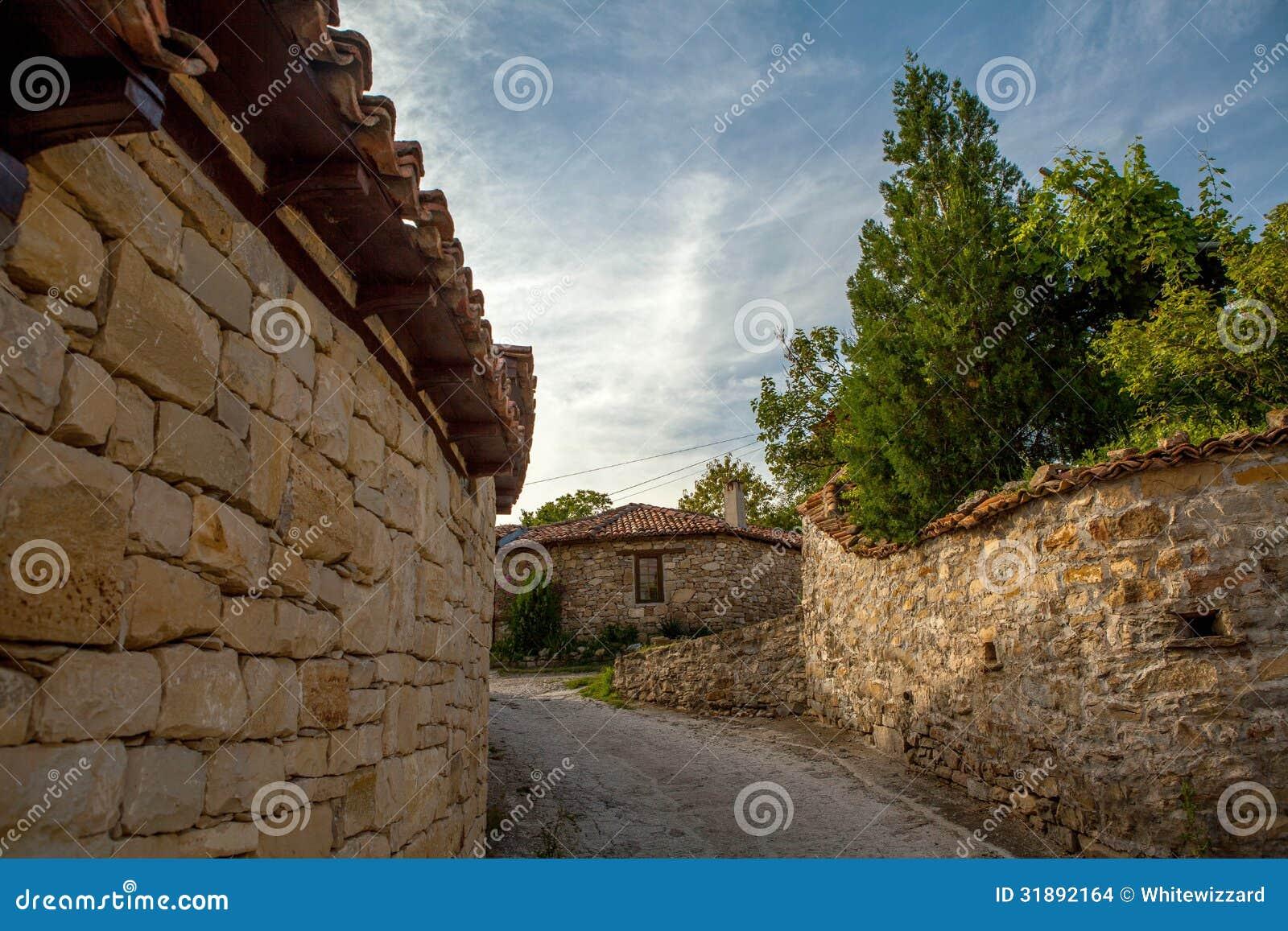 eine steinwand und ein altes haus von arbanasi bulgarien stockbilder bild 31892164. Black Bedroom Furniture Sets. Home Design Ideas