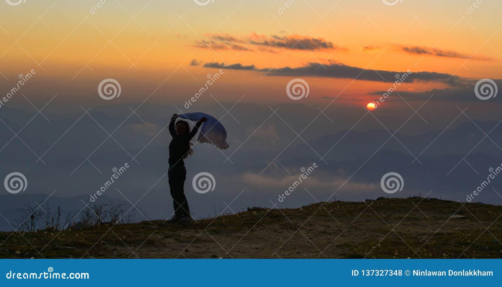 Eine Stellung der jungen Frau auf Berg