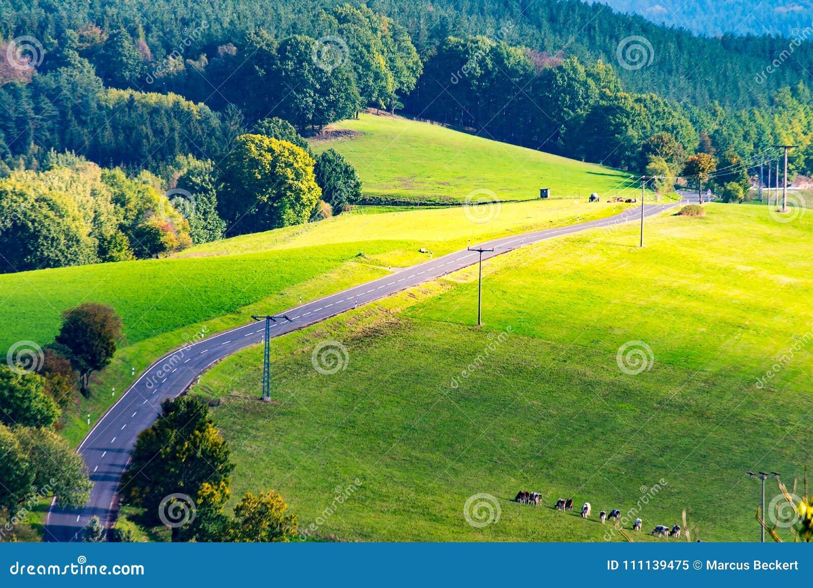 Eine Straße zu einem Dorf