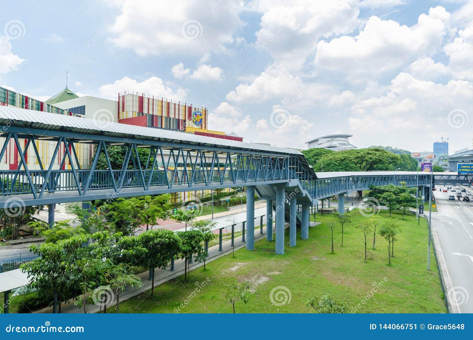 Eine Verbindungsbrücke schließt das Cheras-Freizeitmall direkt an die Station Taman Mutiara an