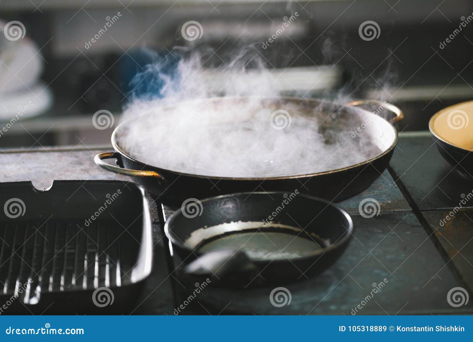 eine wanne kochendes wasser mit dampf stockbild bild von k che feinschmecker 105318889. Black Bedroom Furniture Sets. Home Design Ideas