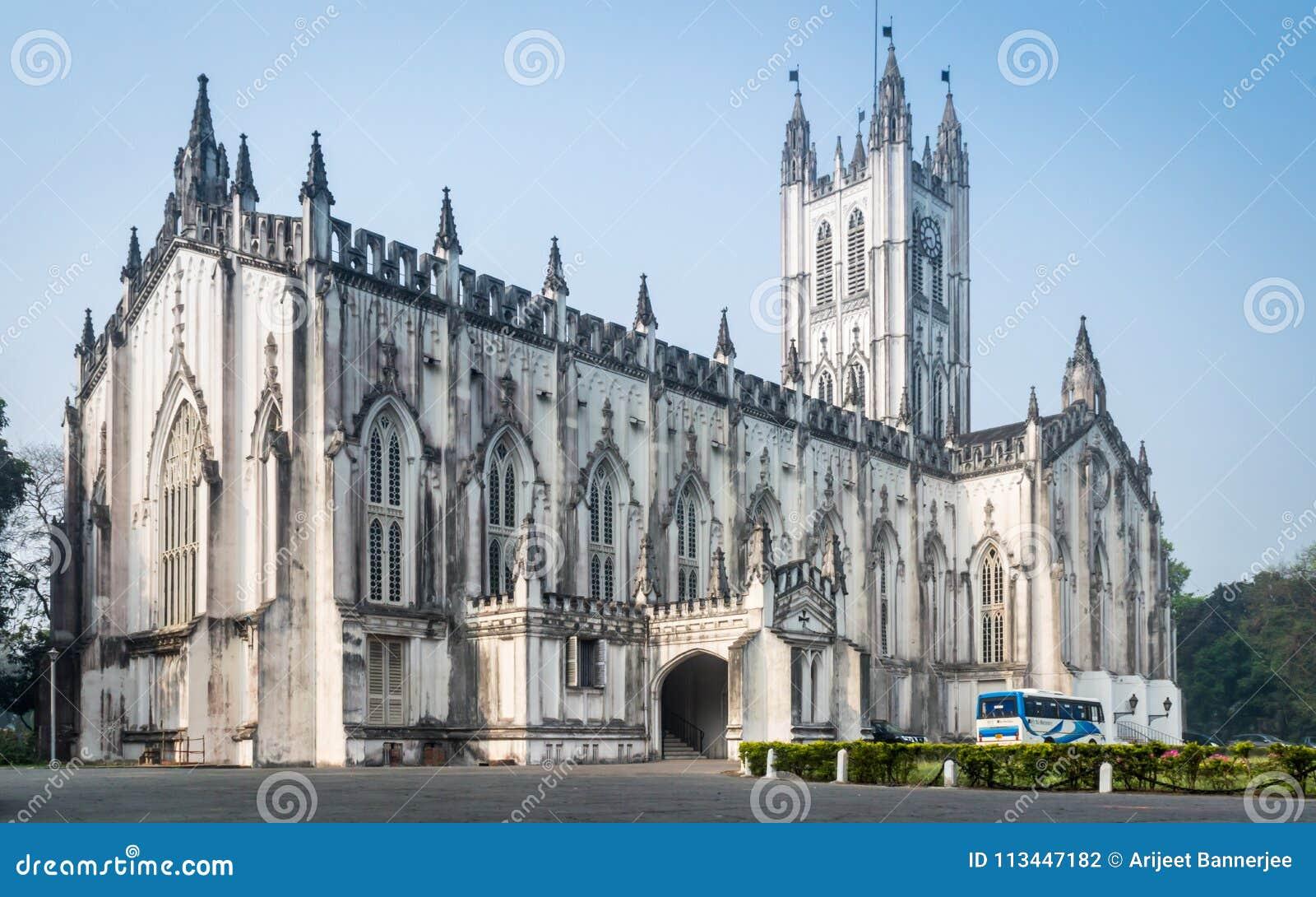 Eine Weitwinkelansicht der Saint Paul-` s Kathedrale auf einem sonnigen Sonntag Morgen