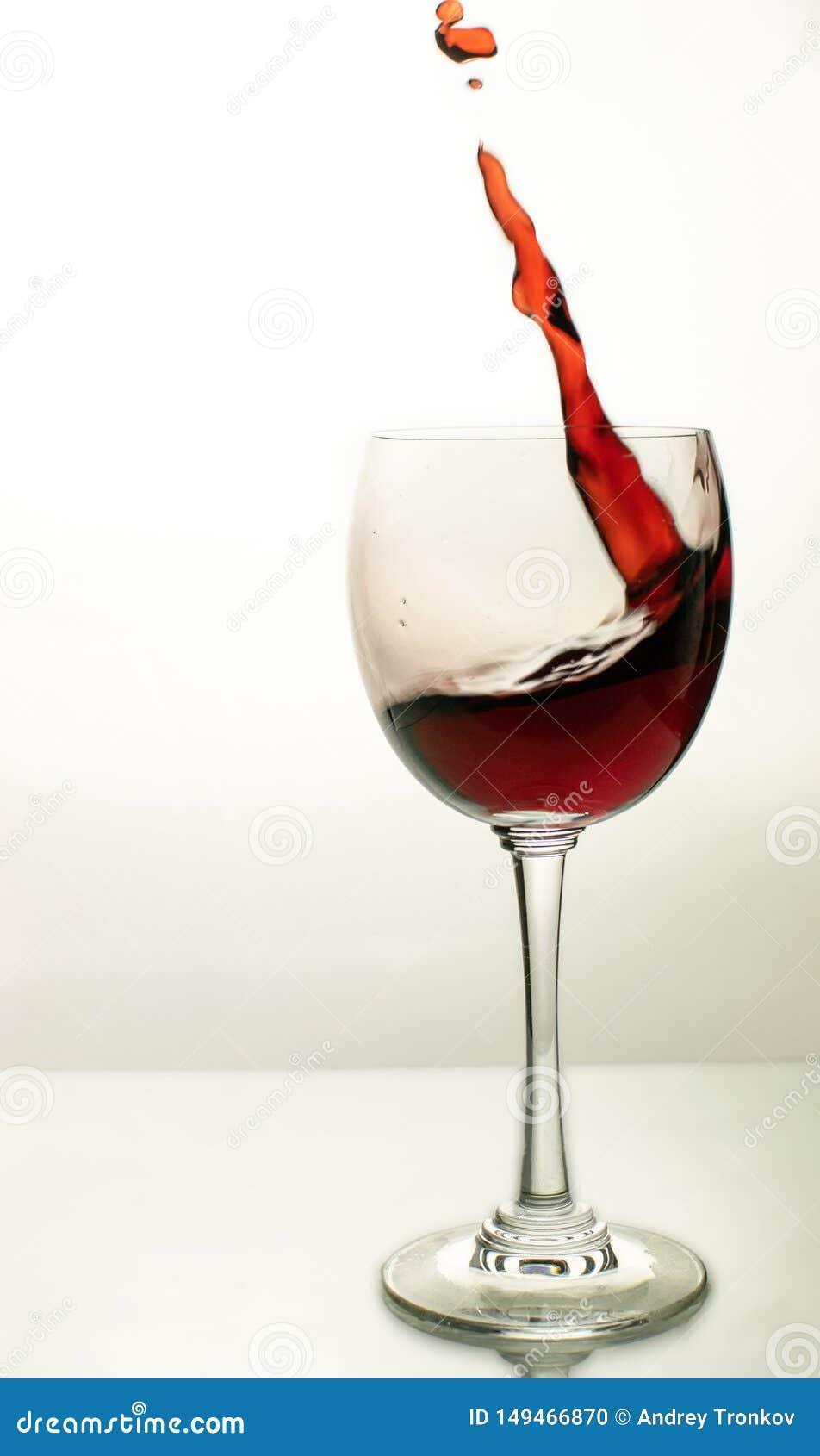 Eine Welle des Rotweins in einem Glas