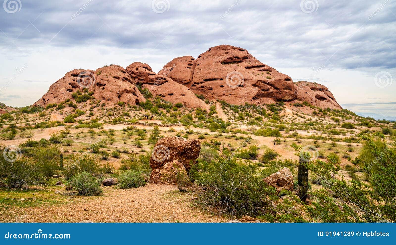 Einer der roter Sandstein Buttes Papago-Parks nahe Phoenix Arizona
