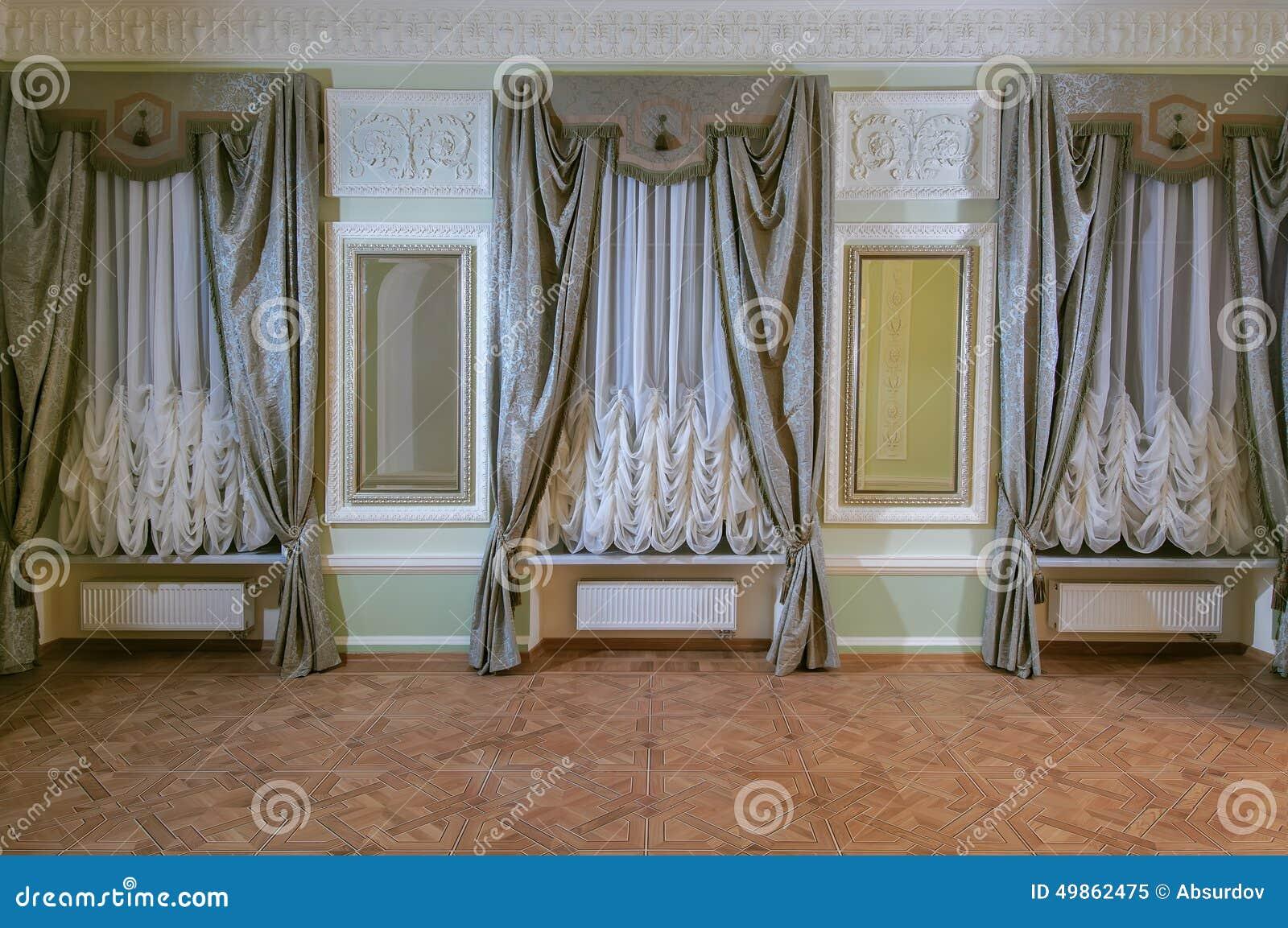 in einer gro en halle 3 curtained fenster vorh nge stockbild bild von trennvorh nge innen. Black Bedroom Furniture Sets. Home Design Ideas