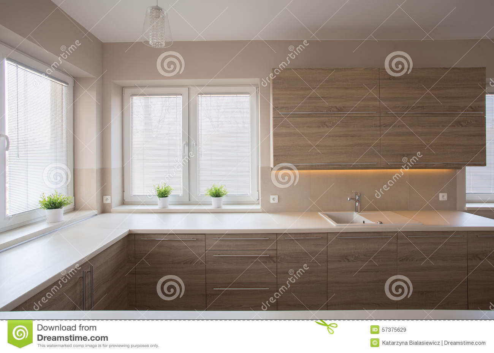 einfache küche mit holzmöbel stockfoto - bild: 57375629