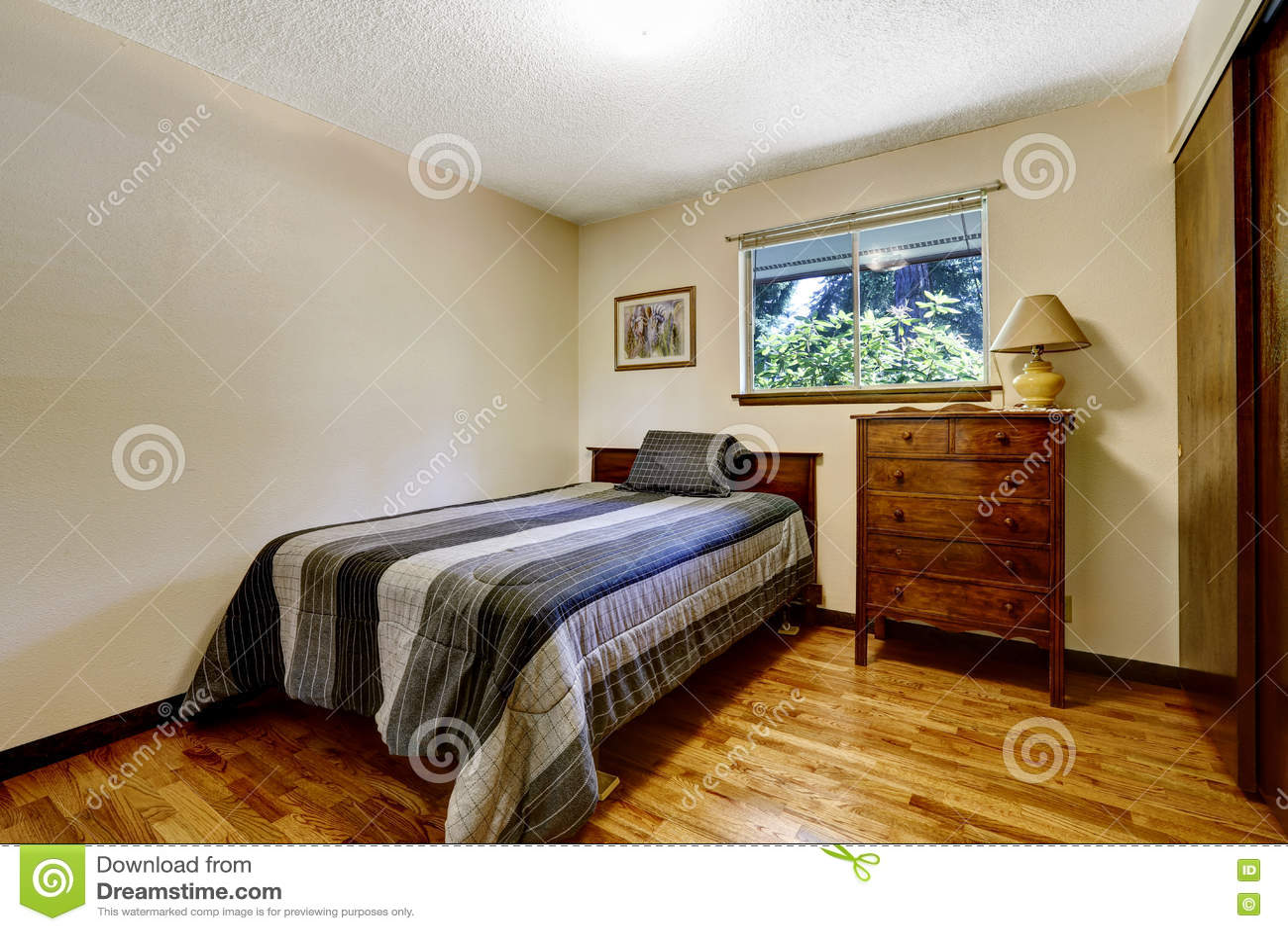Einfaches Amerikanisches Schlafzimmer Mit Massivholzboden Stockfoto ...