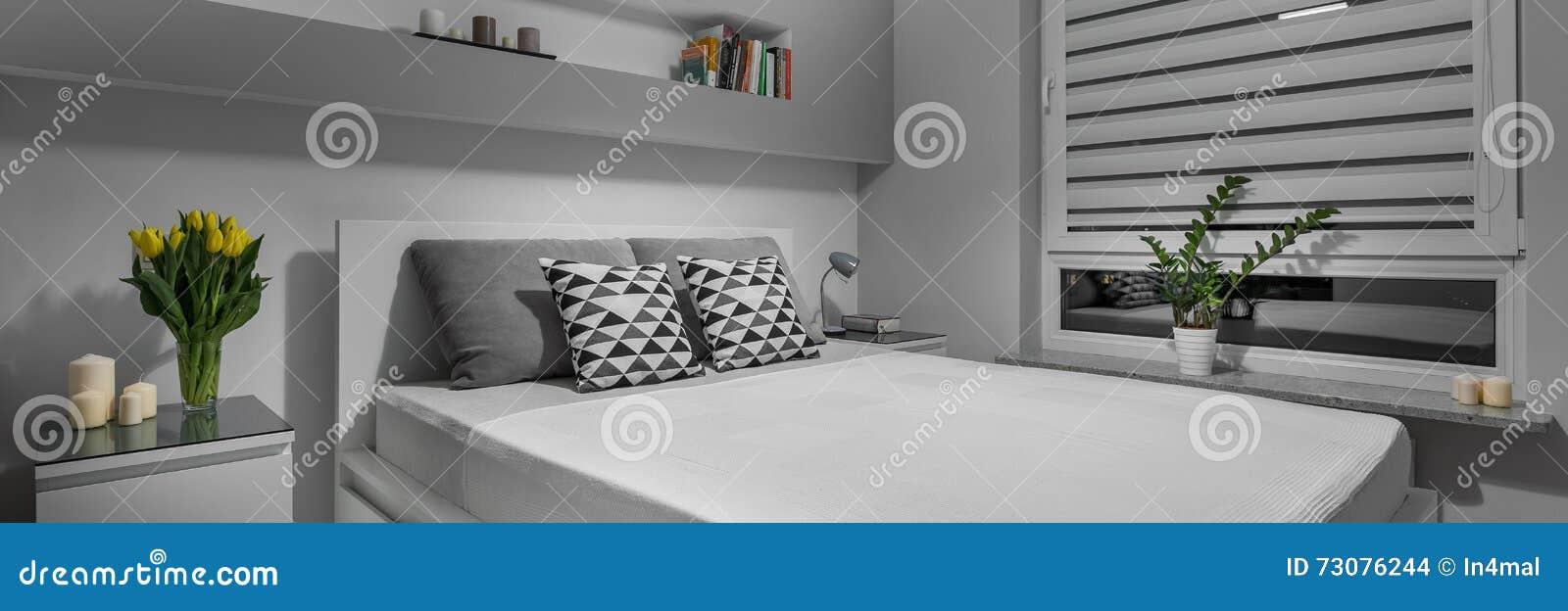 Einfaches graues Schlafzimmer