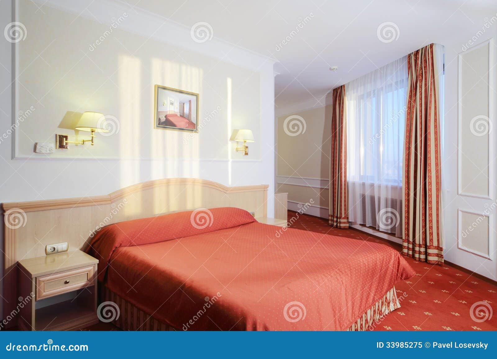 Einfaches Schlafzimmer Mit Doppelbett Rotem Leinen Roter