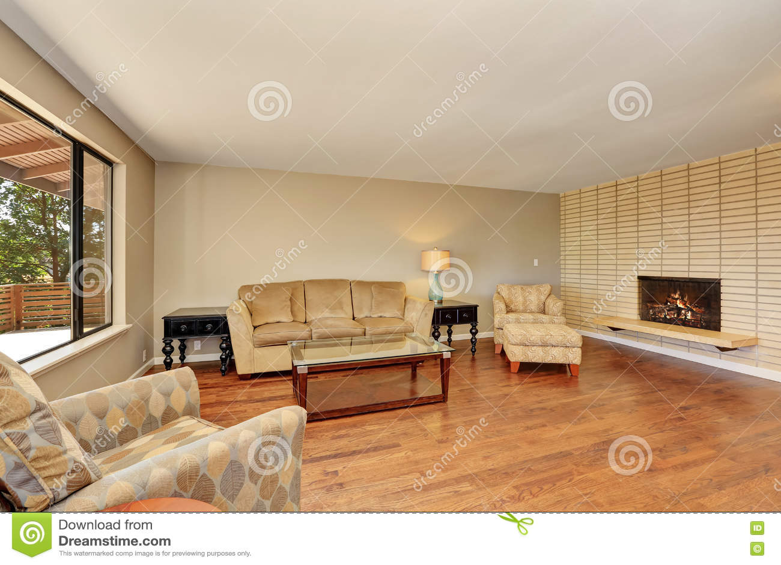 Einfaches Und Gemütliches Wohnzimmer Mit Backsteinmauer Und Kamin ...