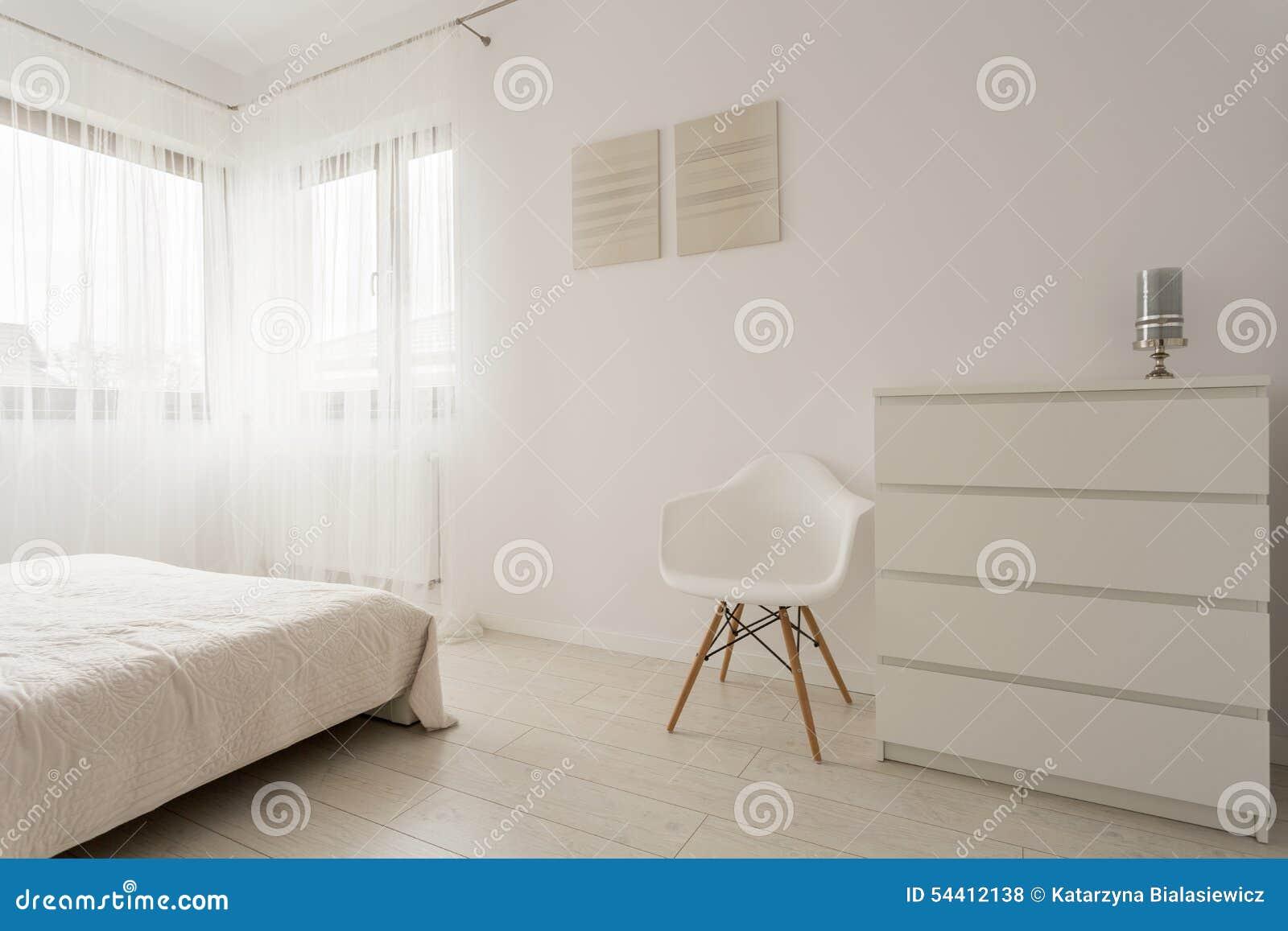 Einfaches weißes Schlafzimmer