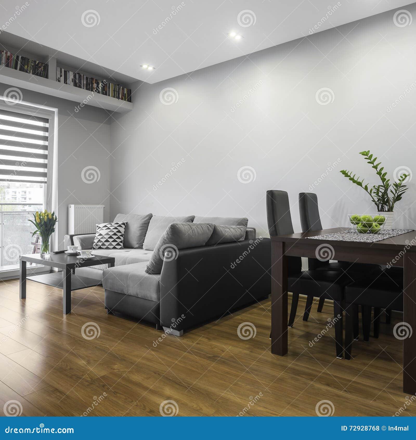 Einfaches Wohnzimmer stockfoto. Bild von couch, dekor - 72928768