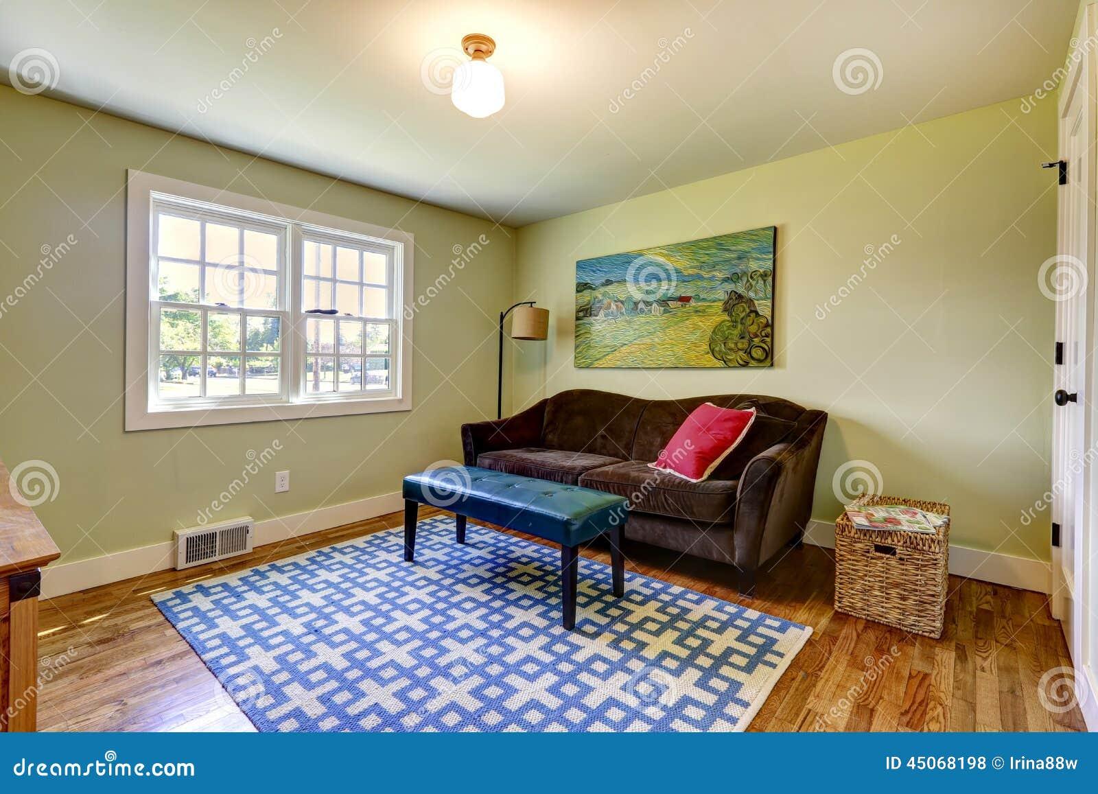 Einfaches Wohnzimmer Mit Braunem Sofa Stockfoto - Bild von ...