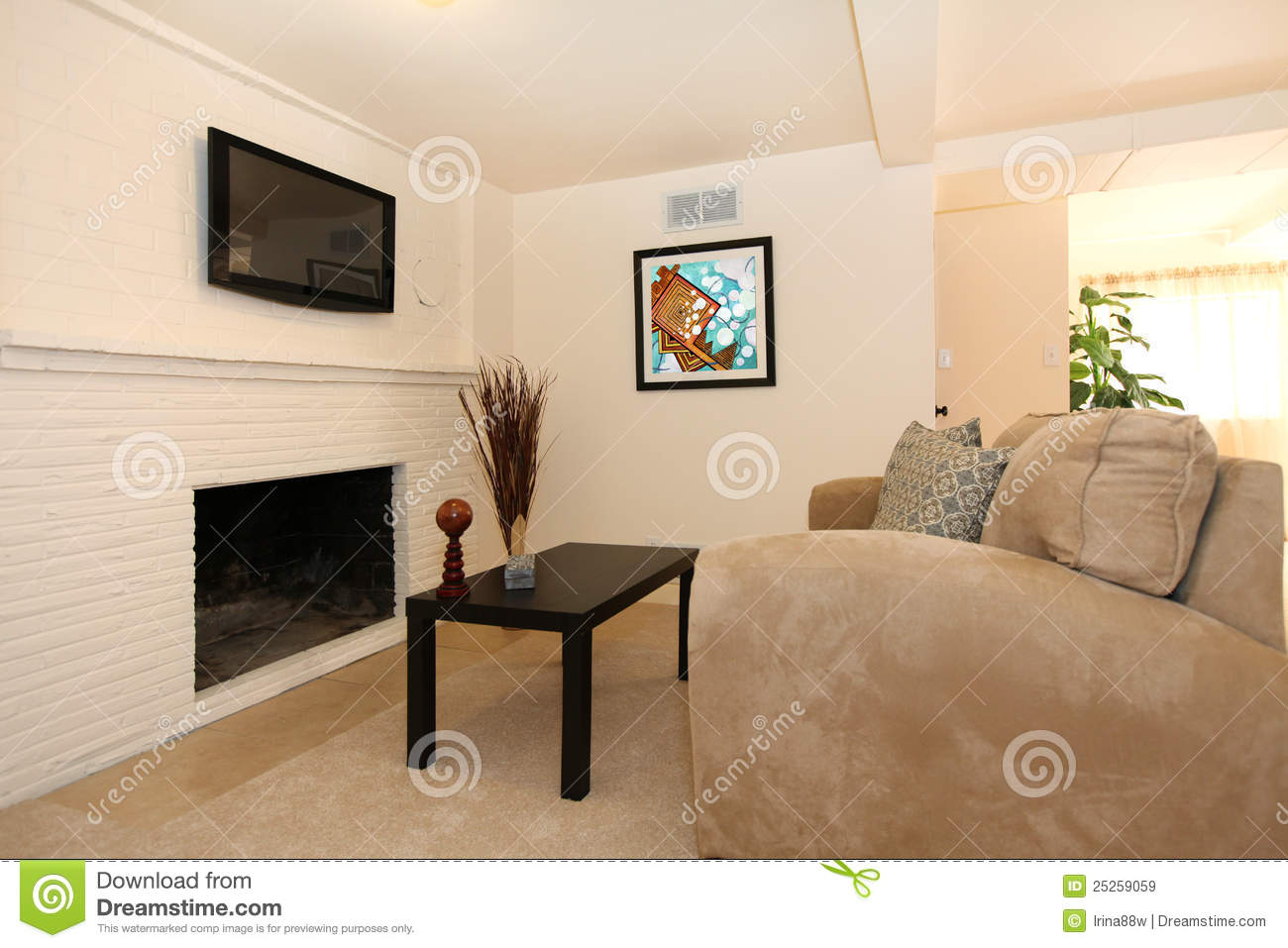 Einfaches wohnzimmer mit fernsehapparat und kamin for 1000 ideas for home design and decoration