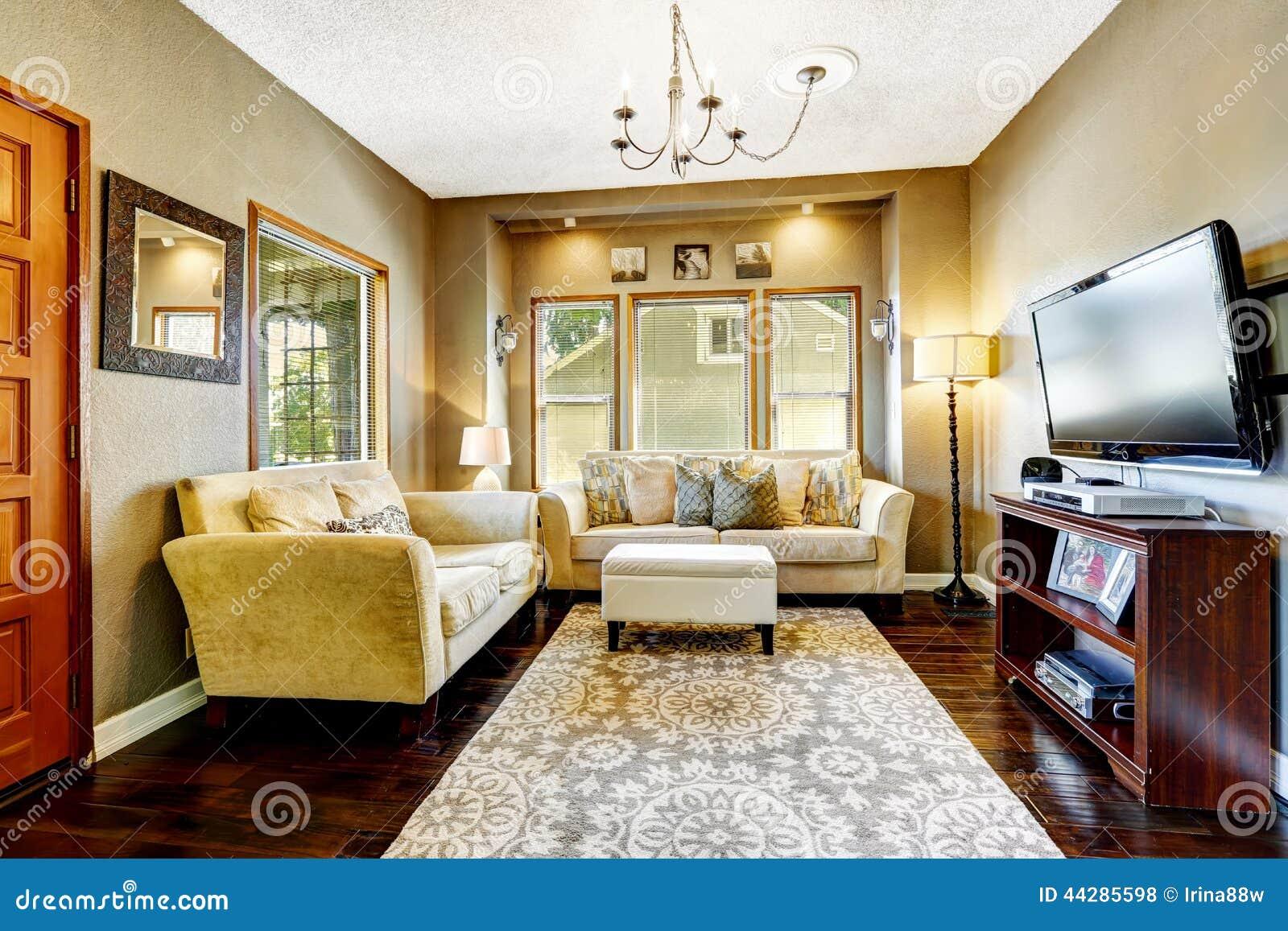 Einfaches Wohnzimmer Mit Fernsehen Und Couches Stockfoto - Bild von ...