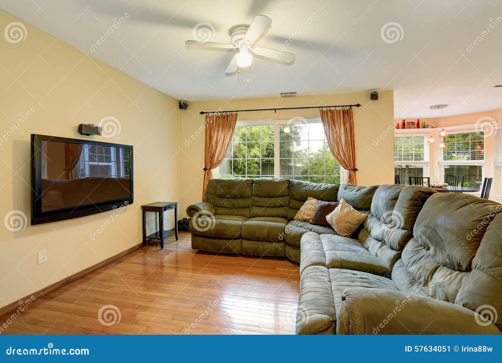Einfaches Wohnzimmer Mit Grünem Sofa Und Ein Fernsehen Stockbild ...