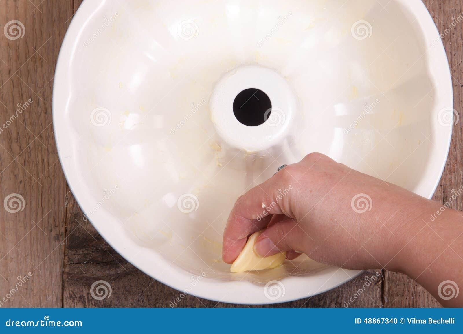 Einfetten Der Kuchenform Mit Margarine Oder Butter Stockfoto Bild