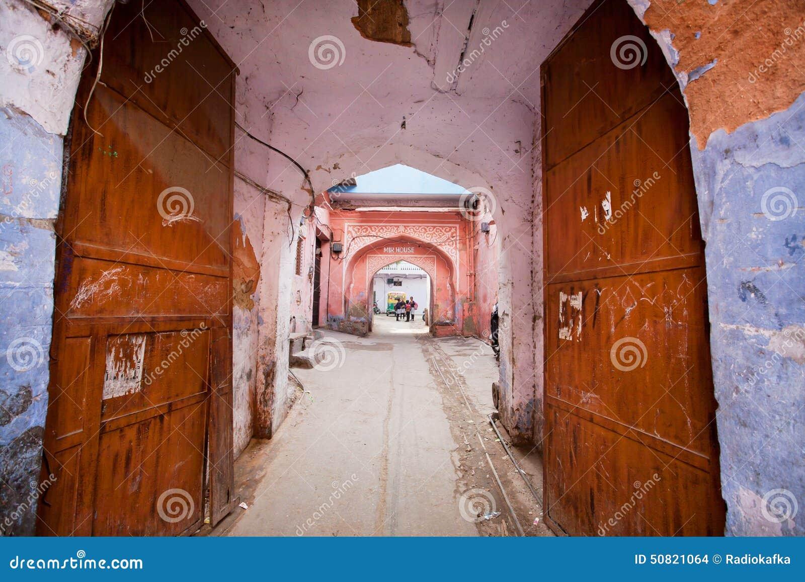 Geöffnetes tor  Eingang Zum Alten Indischen Haus Durch Ein Rostiges Offenes Tor In ...