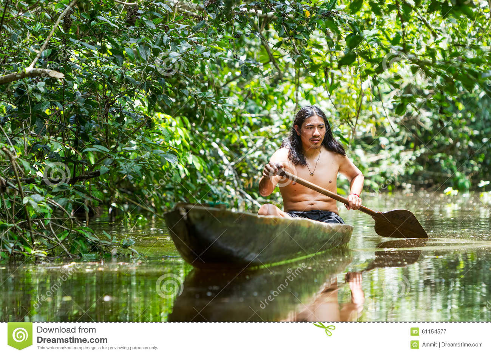 Einheimischer erwachsener Mann im hölzernen Kanu