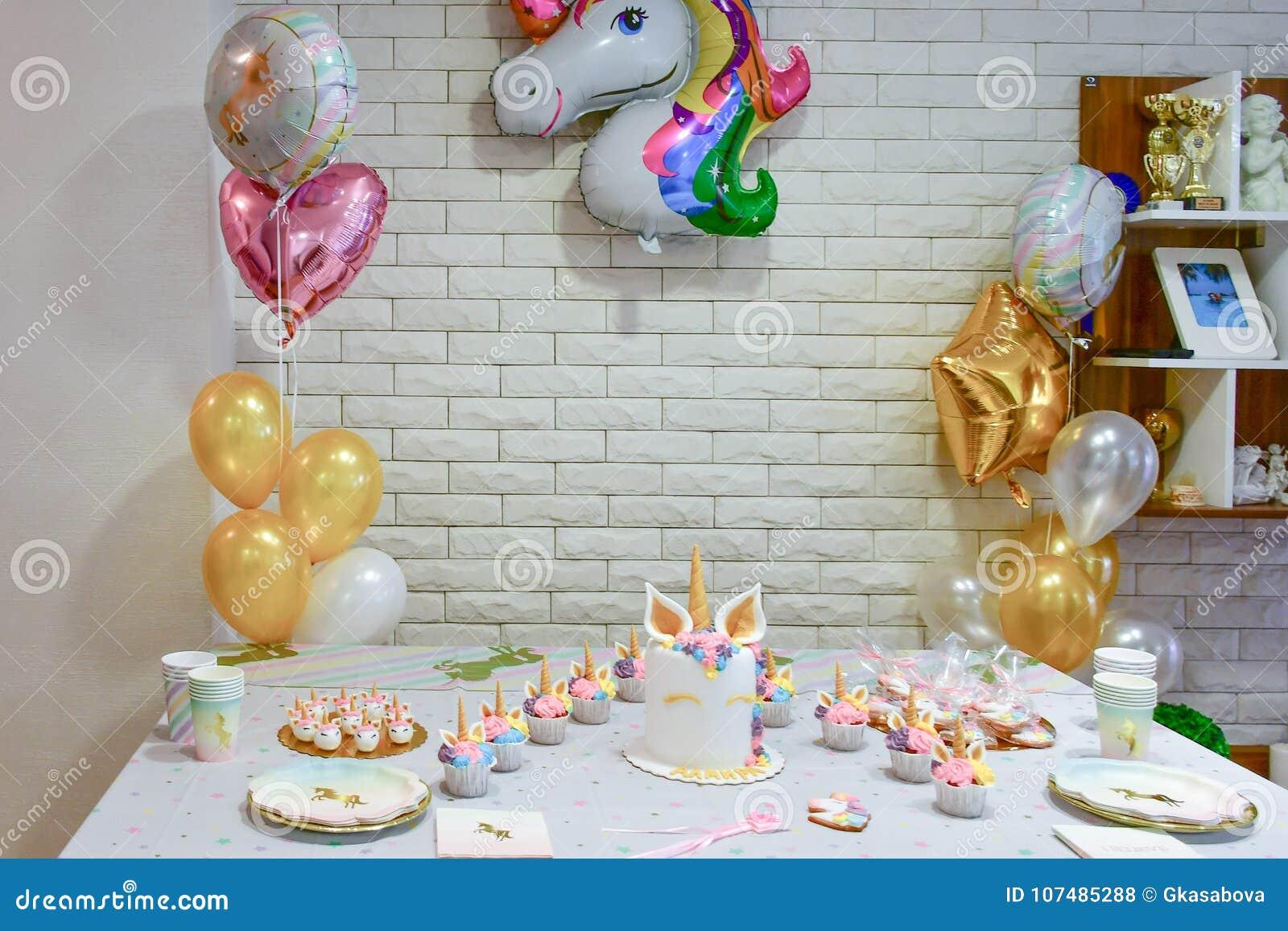 Einhornparteikleiner Kuchen Stockfoto Bild Von Madchen Platz