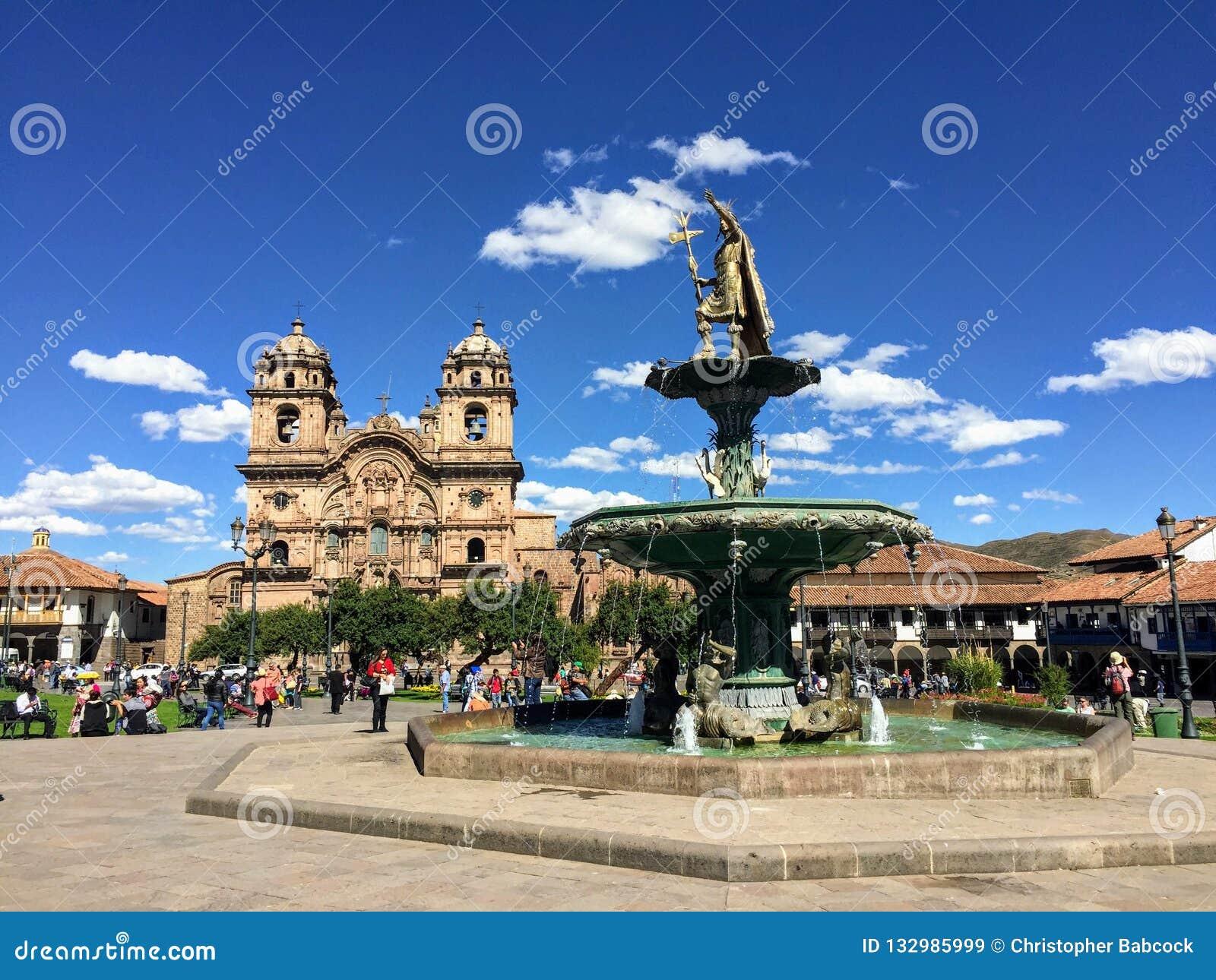 Einige Touristen bewundern die Ansicht von Plaza de Armas in schönem und altem Cusco, Peru