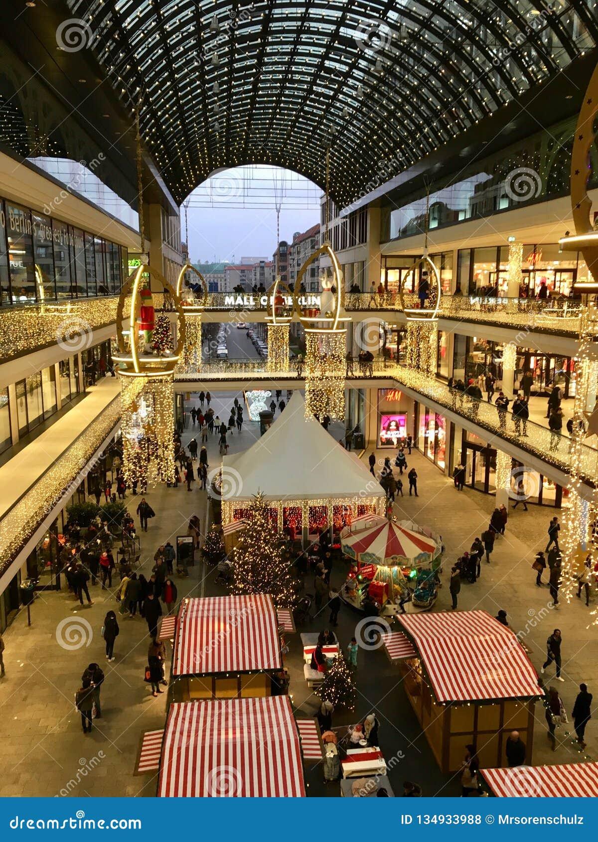 Einkaufen 'Mall von Berlin 'verziert für Weihnachten, beschäftigt mit vielen Käufern und mit Tausenden Lichtern belichtet