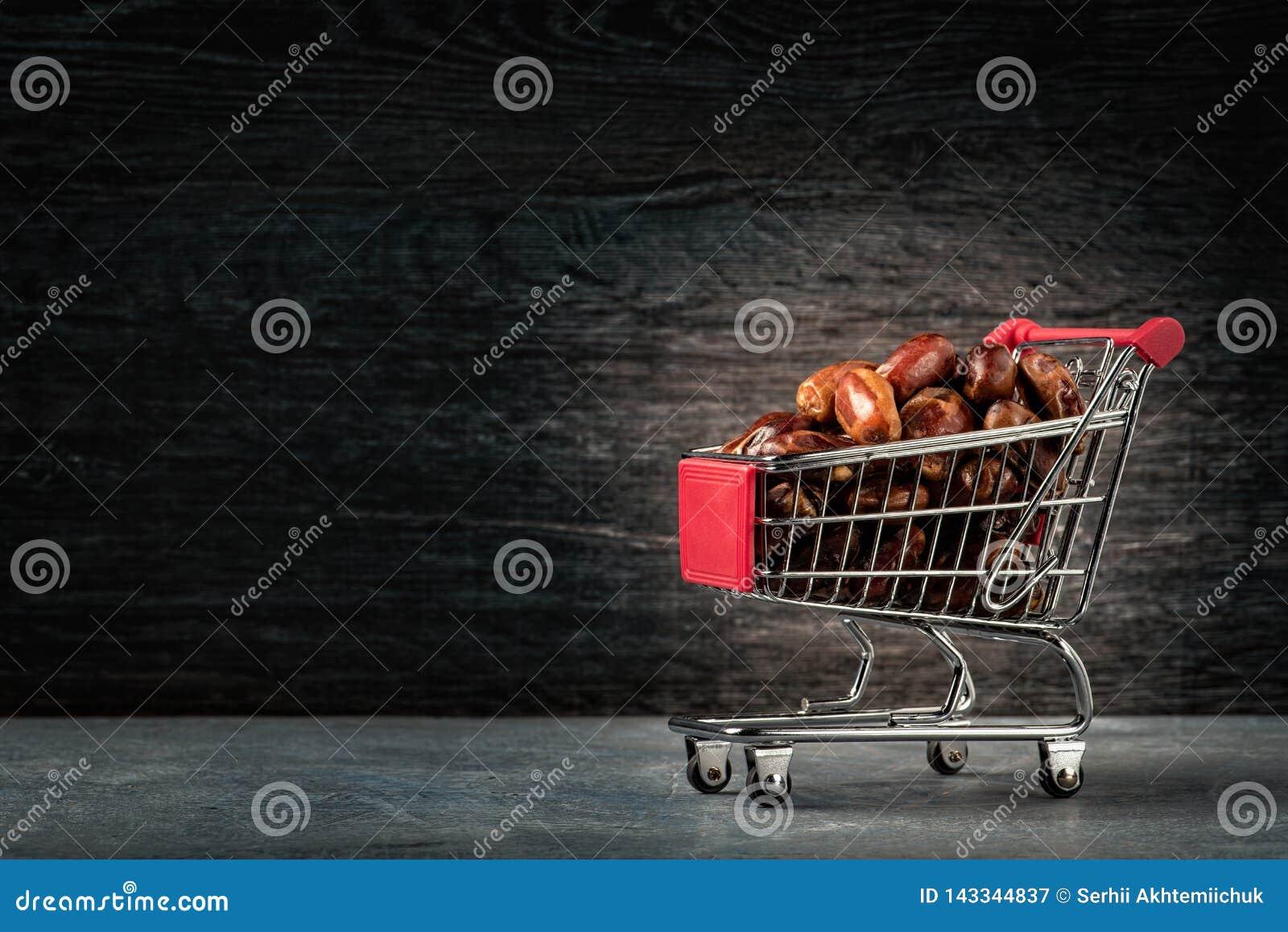 Einkaufen für Ramadan Getrocknete Daten Köstliche getrocknete Daten, ein Lieblingsteller vieler Feinschmecker